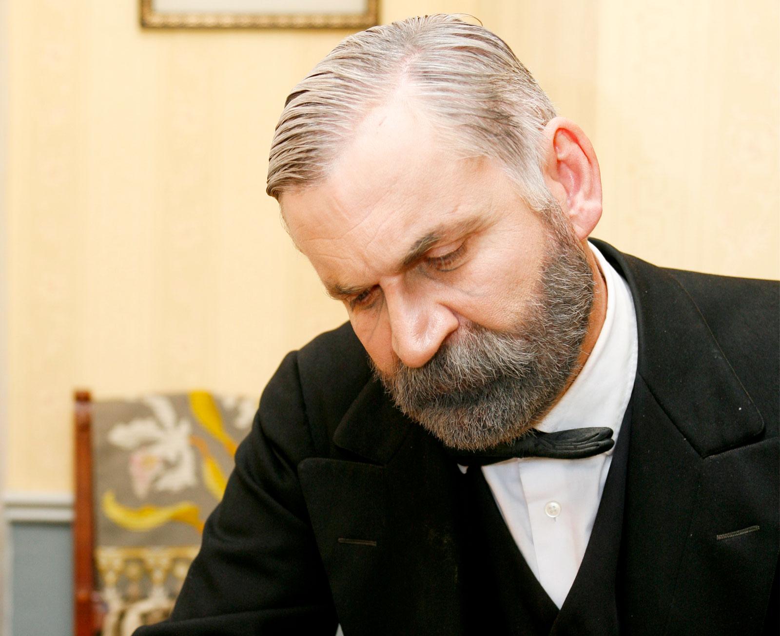 Peter Sundh arbetar som  skådespelare och guide.
