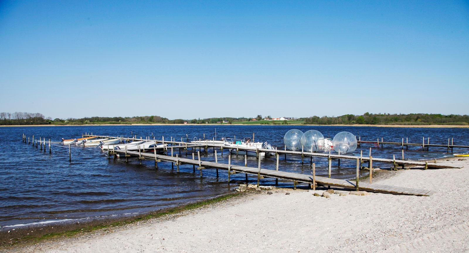 Walk-on-water eller speedbåt är två populära aktiviteter nere vid vattnet.