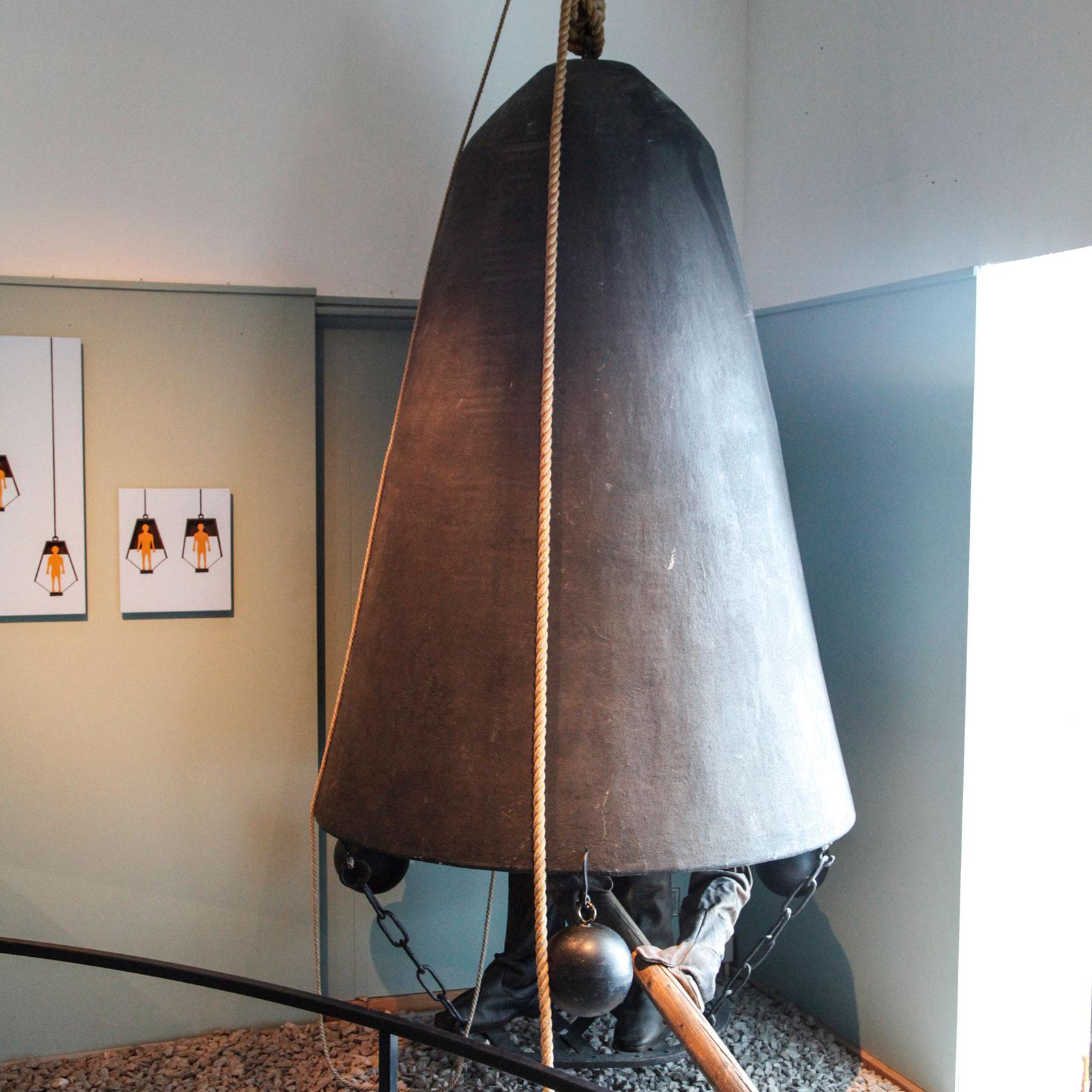 Dykarklocka i utställningen om hur dykeriet har utvecklats.