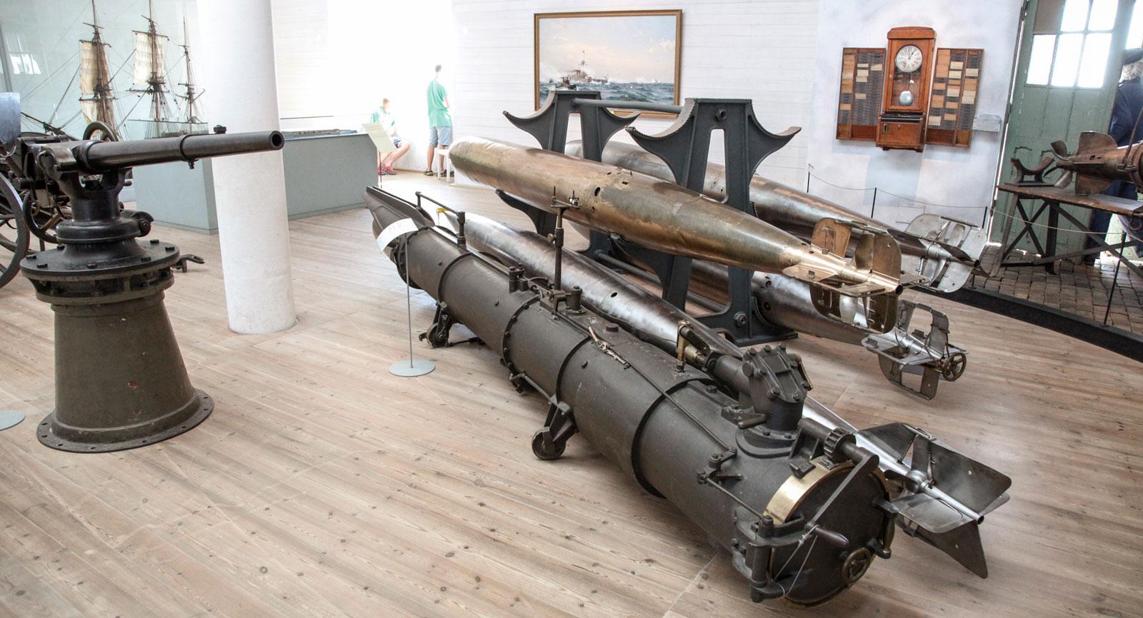 Kanoner, torpeder, missiler. Alla vapenfantaster får sitt lystmäte tillgodosett. Finns även en avdelning med dåtida handeldsvapen.