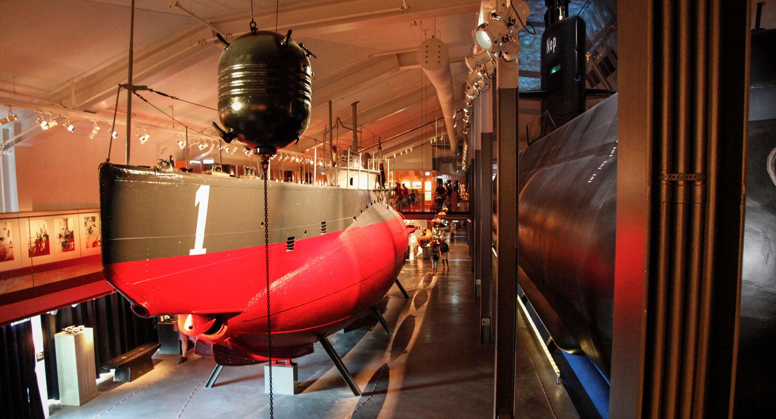 Ubåtshallen med HMS Hajen till vänster och HMS Neptun till höger är ett stort dragplåster.