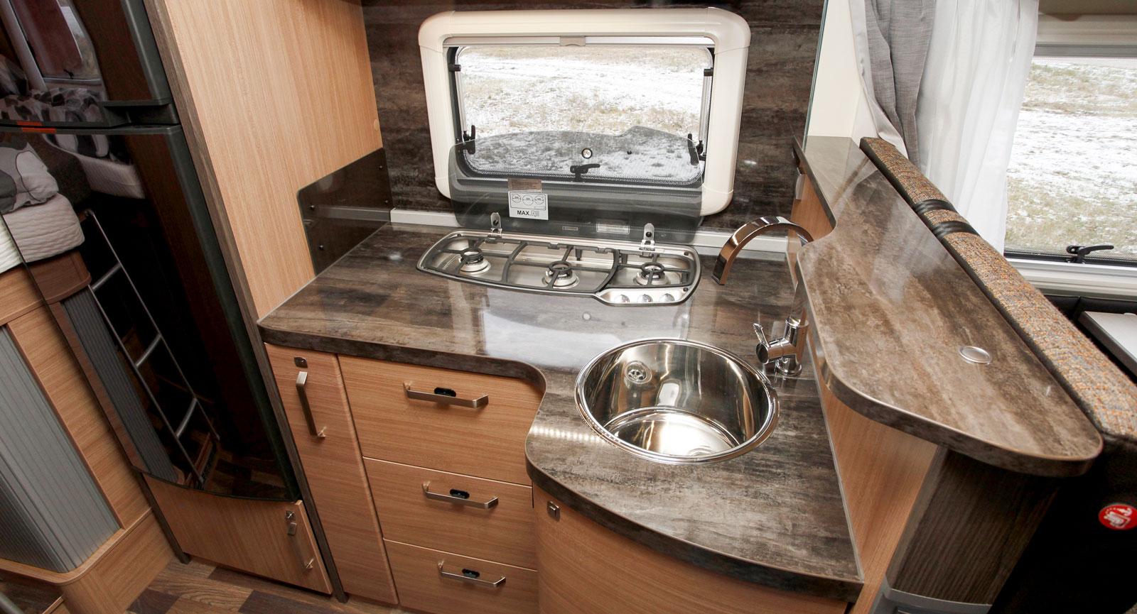 Köket erbjuder generösa avställningsytor och gott om förvaring. Arbetshöjden på köksbänken är hela 95 cm.