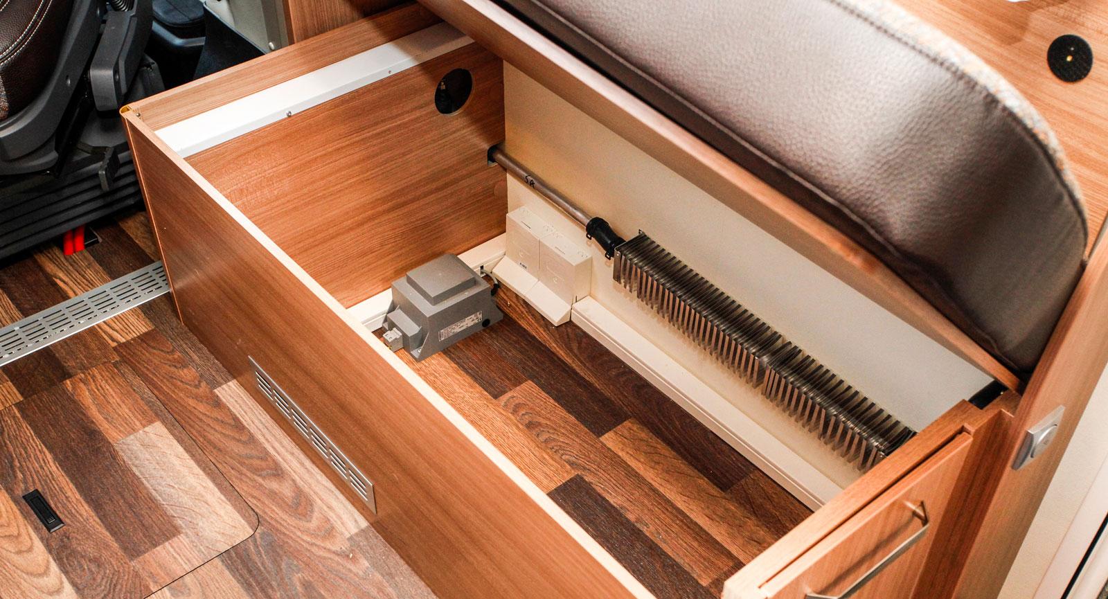 Rejält förvaringsutrymme under soffan utmed bilens entrésida.