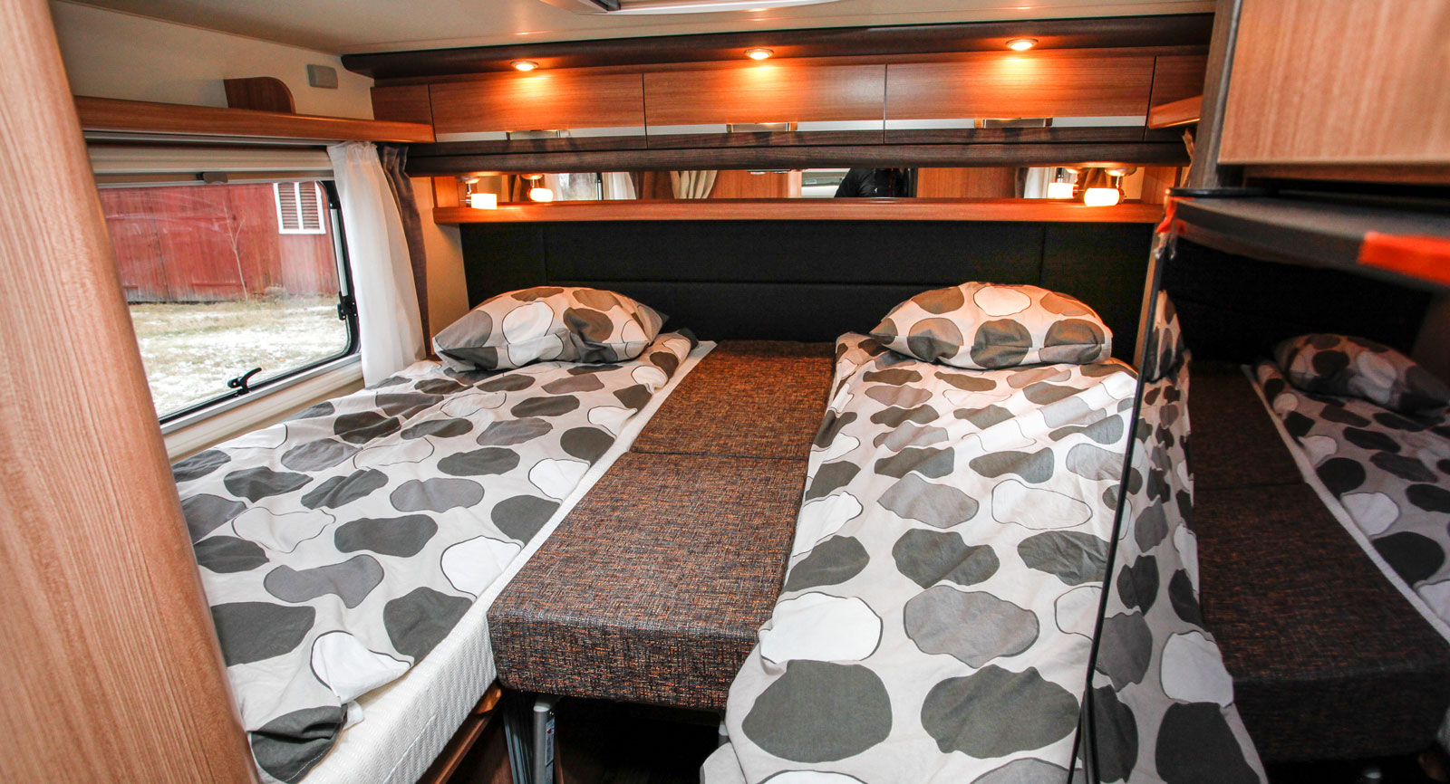 Sovrummet andas lyx och bekvämlighet. Stegen kan fällas in under madrasserna i mitten.