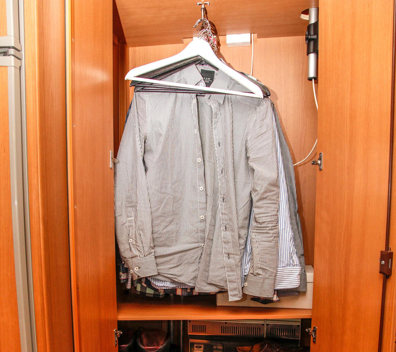 När man bor ensam i en husvagn modell större, räcker garderobsförvaringen långt.