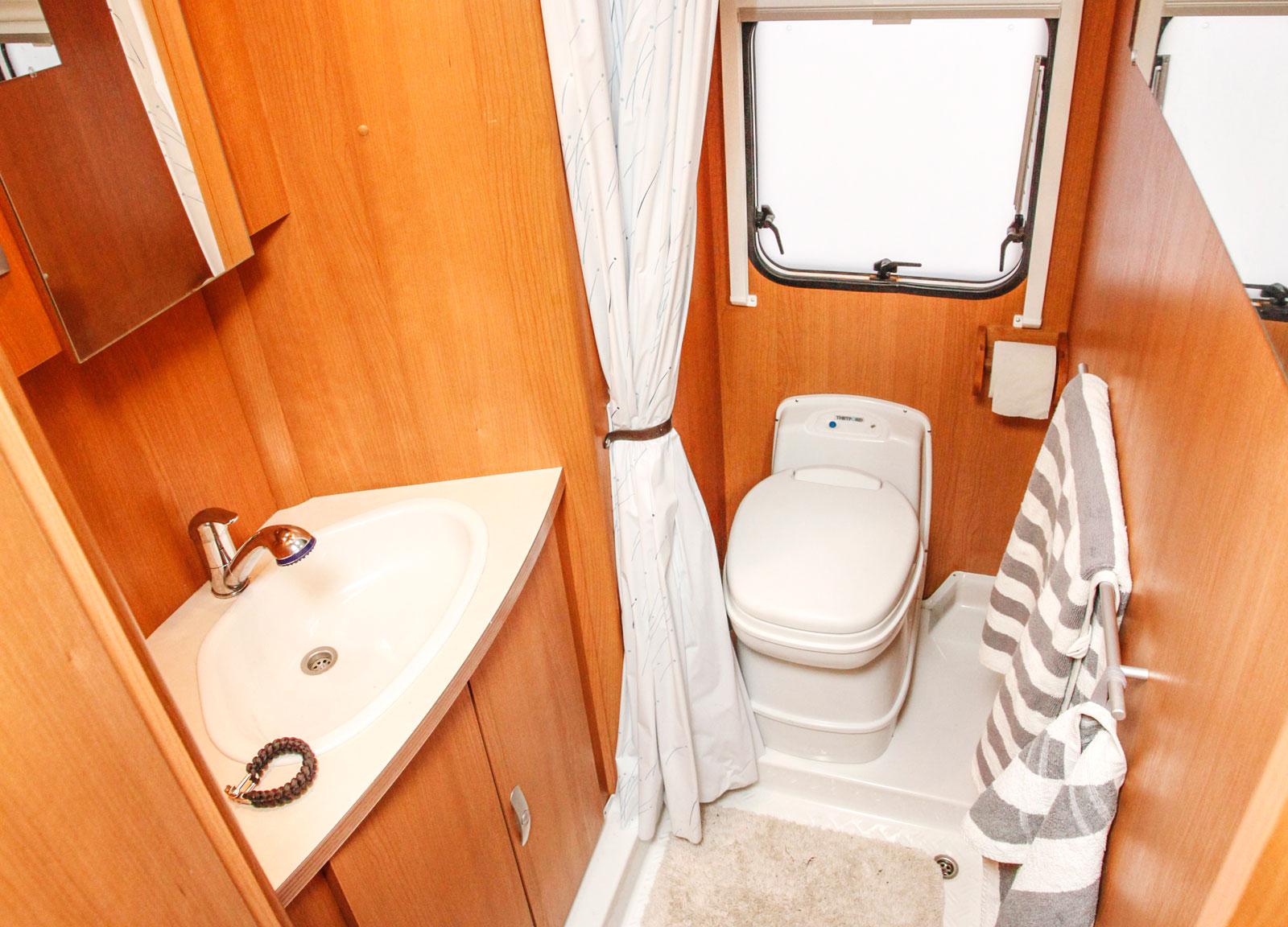 Badrummet används mest till tandborstning då servicehuset finns nära tillhands.