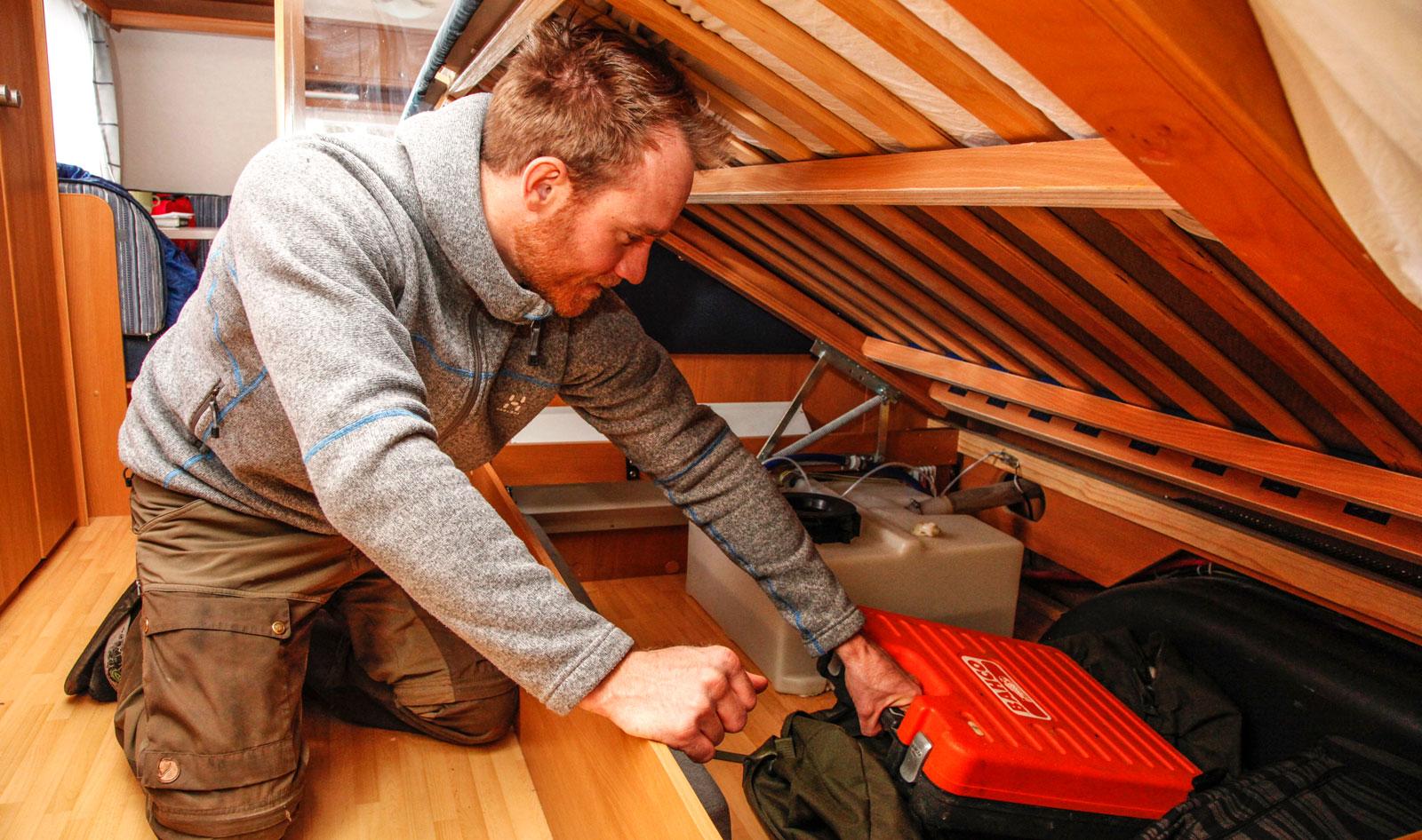Joacim uppskattar alla stuvutrymmen där han får plats med diverse prylar. Här ses förvaringen under sängen.