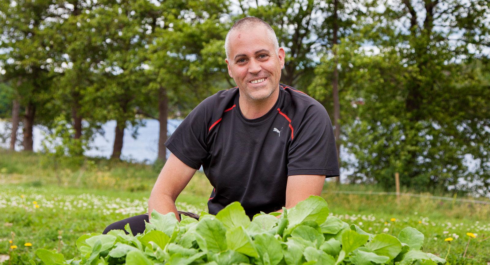 Grönt är skönt. Pierre Tapper tycker det är perfekt att han och sambon Peter kan kombinera sina intressen camping och odling.