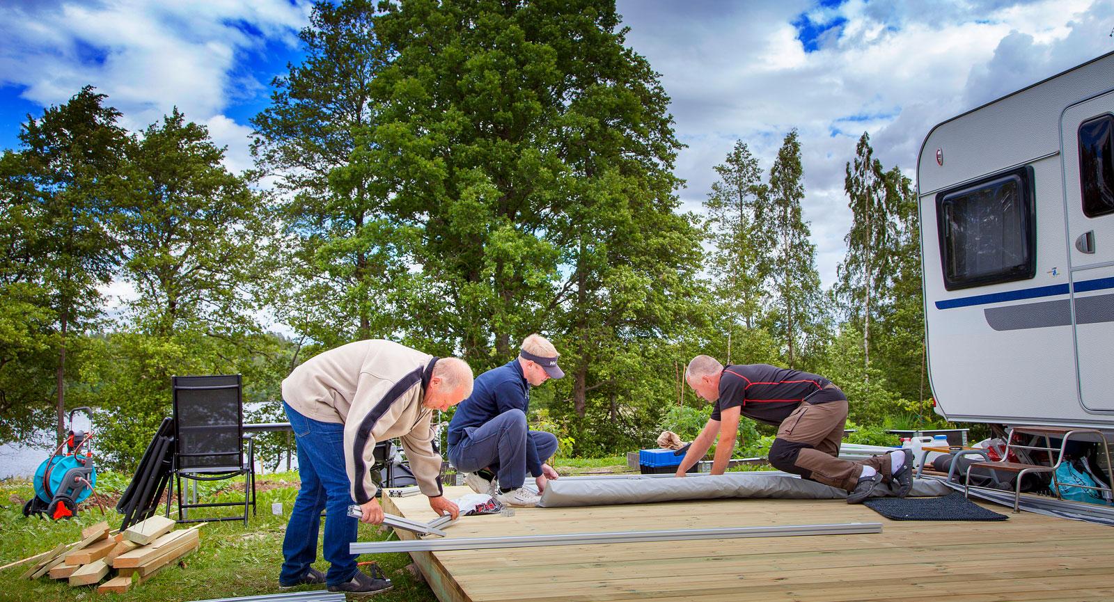Altanbygge på gång. Alla med säsongsplats får bygga rejäla doningar inom ramen för vad som är tillåtet utan att beviljas bygglov.