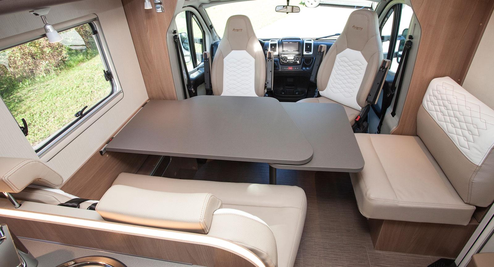 Trevligt ljusinsläpp och gott om bra sittplatser. Notera den utdragbara sitsen på enkelsätet till höger.