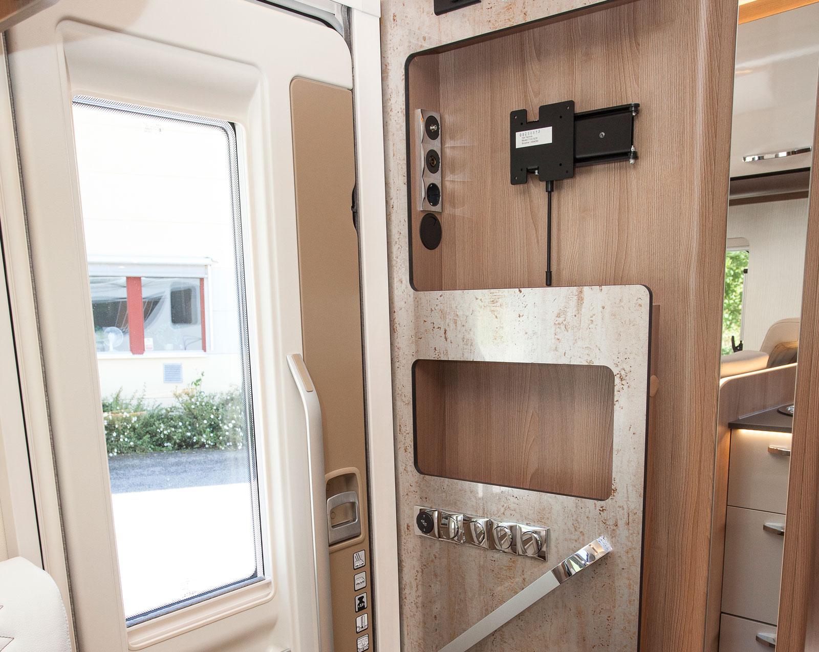 Bodelsdörr typ XL med maffigt fönster. Snyggt!