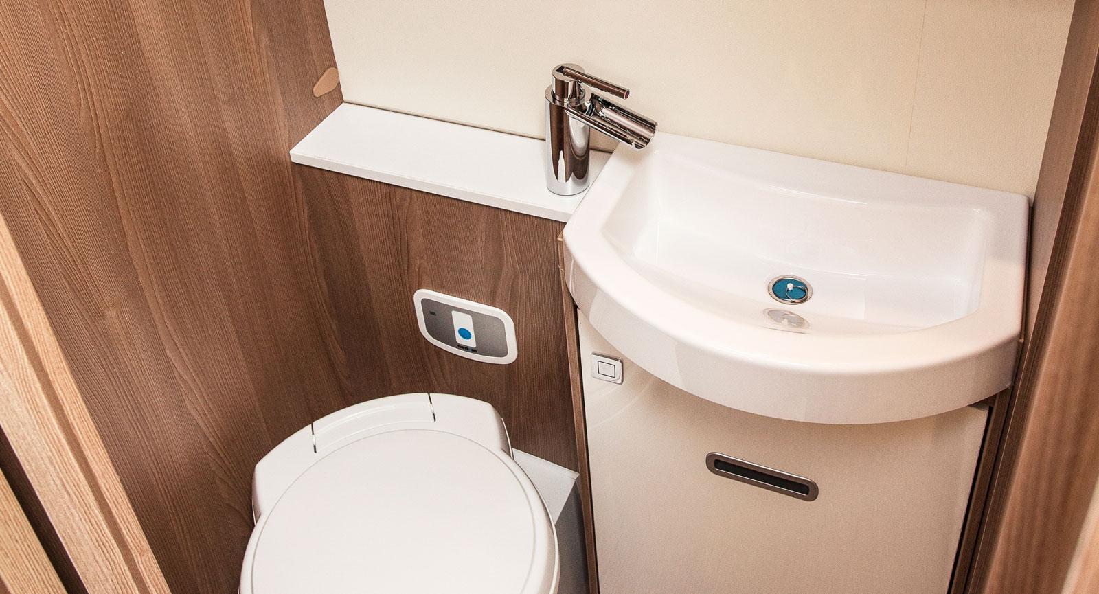 Det som liknar ett brevinkast i badrumsskåpet är ämnat för toapappret eftersom rullen döljs innanför skåpet. Smart!