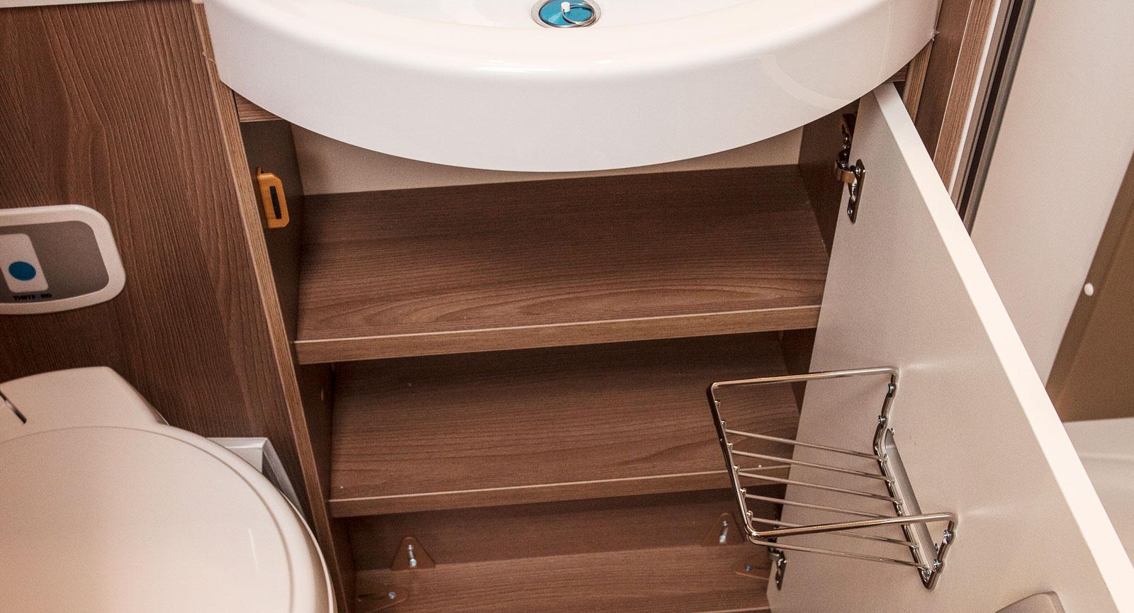Själva den gömda toapappershållaren innanför skåpet.