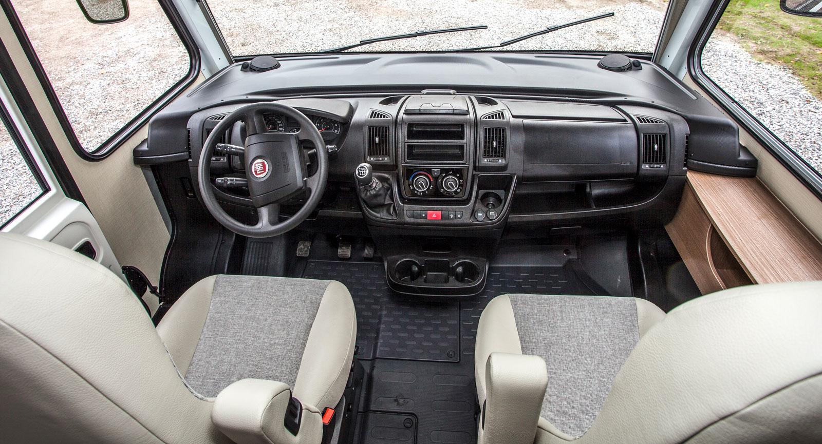God komfort bakom ratten. Helintegrerat innebär en siktrymd utöver det vanliga. Backkamera ingår dock inte i grundutrustningen.