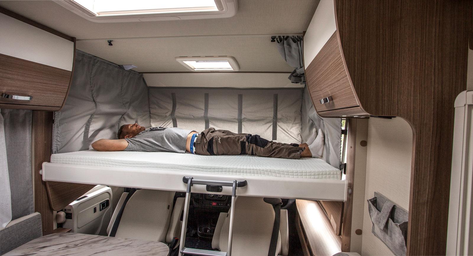 Sängen fälls enkelt ner efter att förar- och passagerarstolen har fällts framåt. Ett snabbt sätt att få fram en extrasäng!