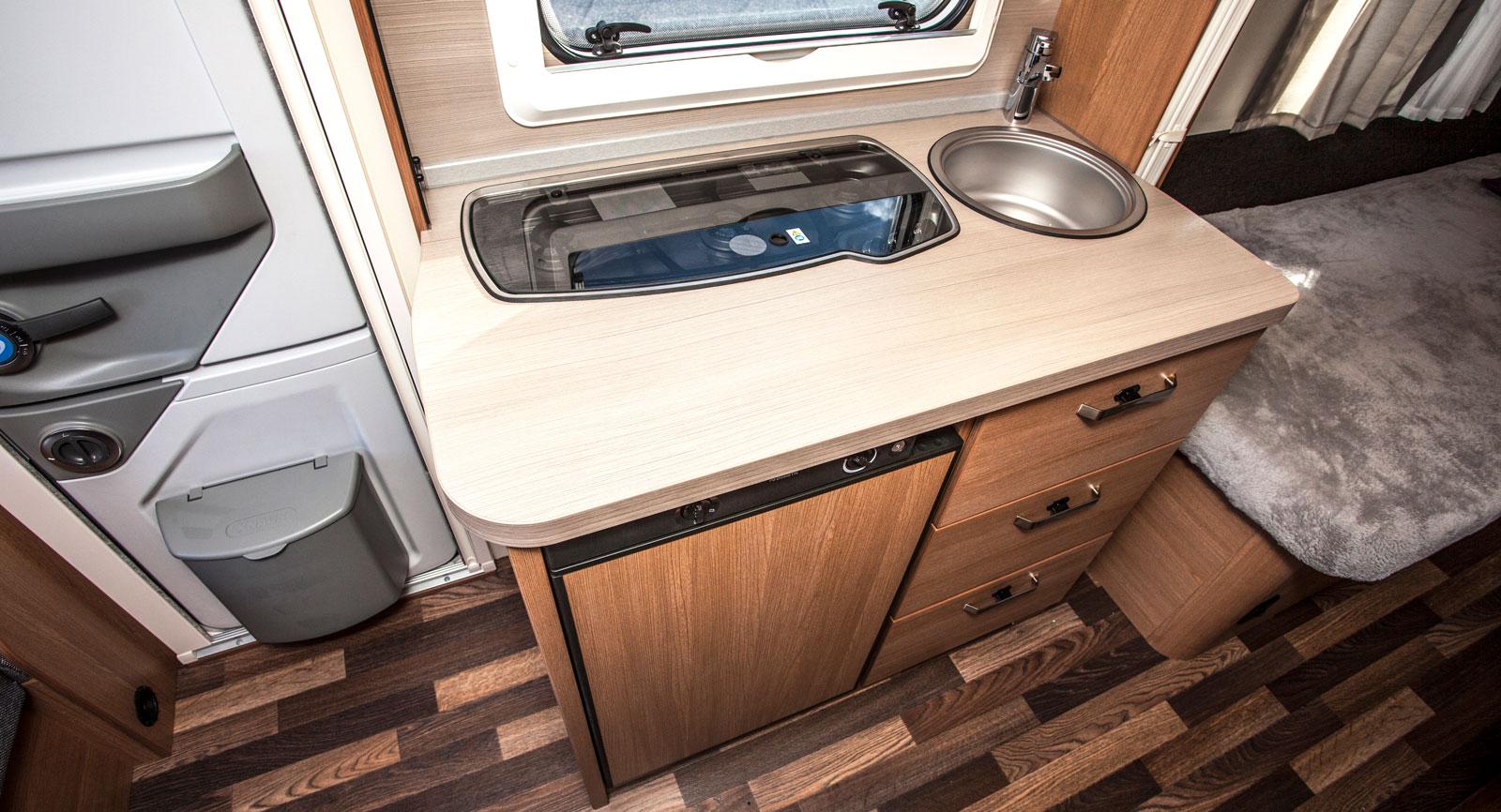 Köket med riktigt bra arbetsytor i bänkskivans framkant.