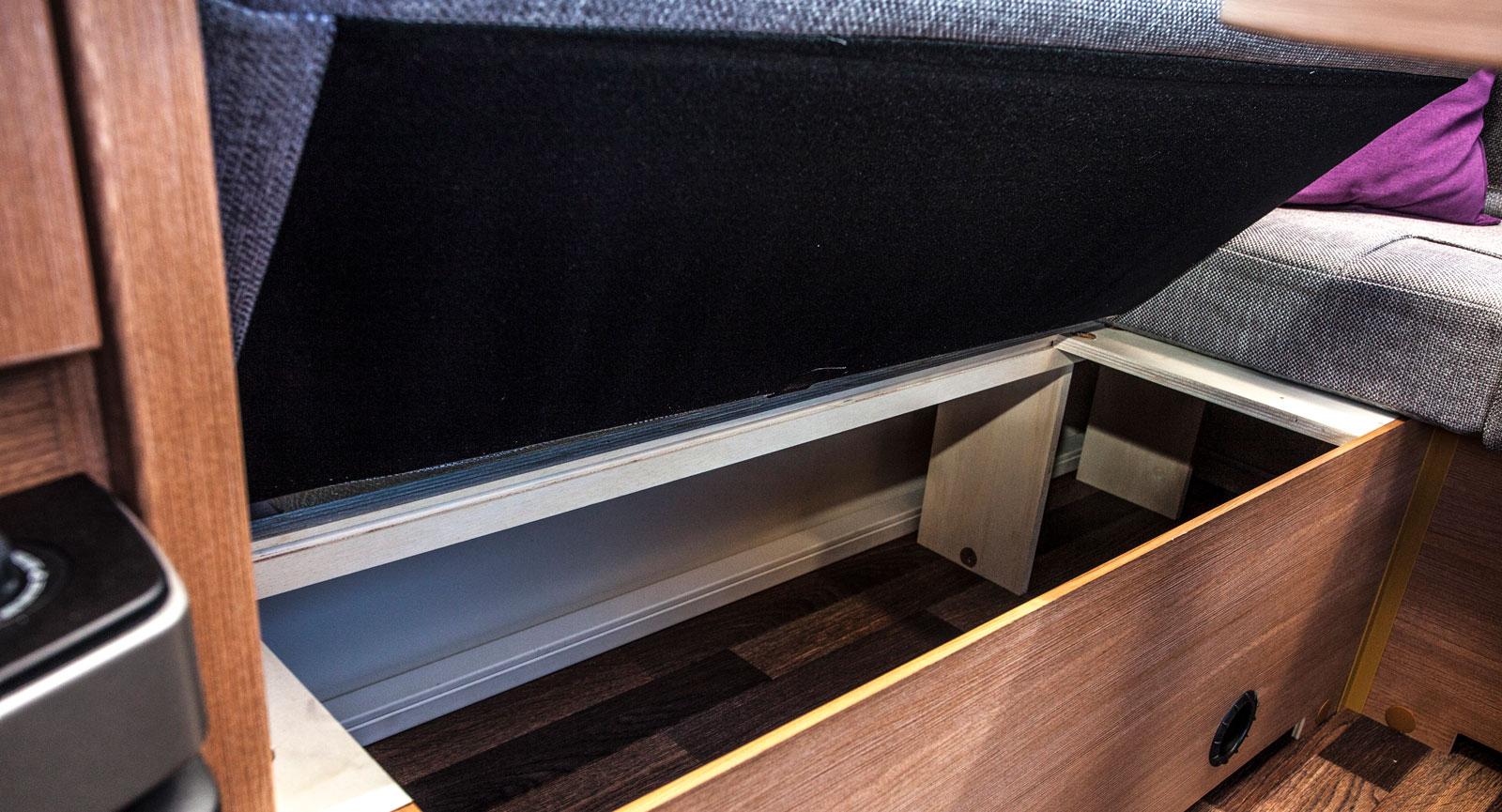 Rejäla förvaringsutrymmen under soffan.