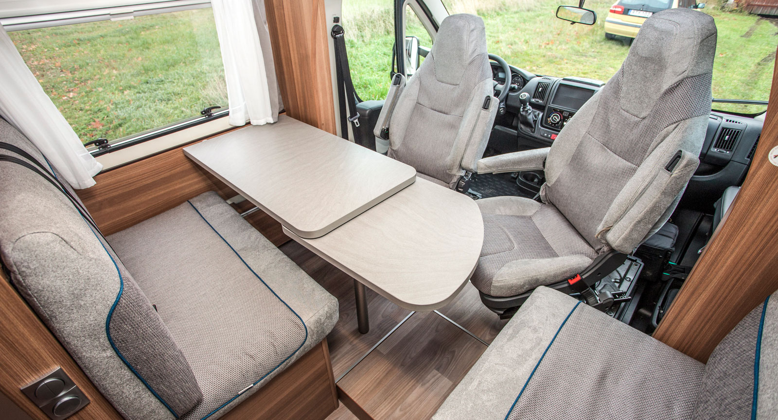 Ljus och härlig sittgrupp med gott om plats för umgänge. Lägg märke till den mobila luckan i golvet framför passagerarstolen.