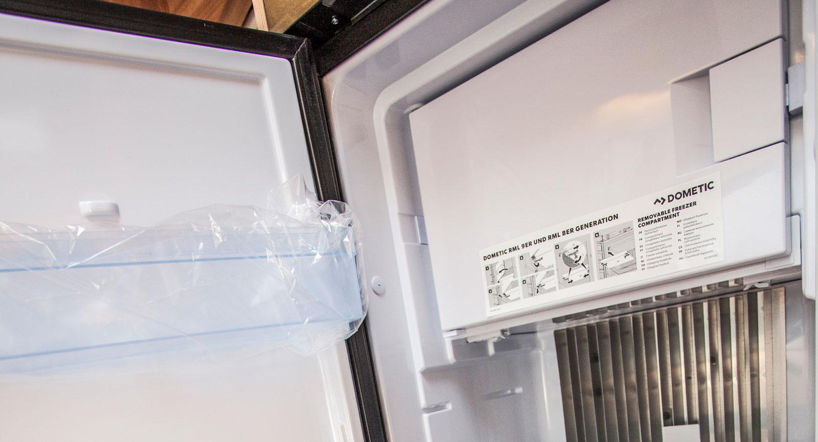 Kylskåp på 145 l med frysfack och robust handtag utvändigt.