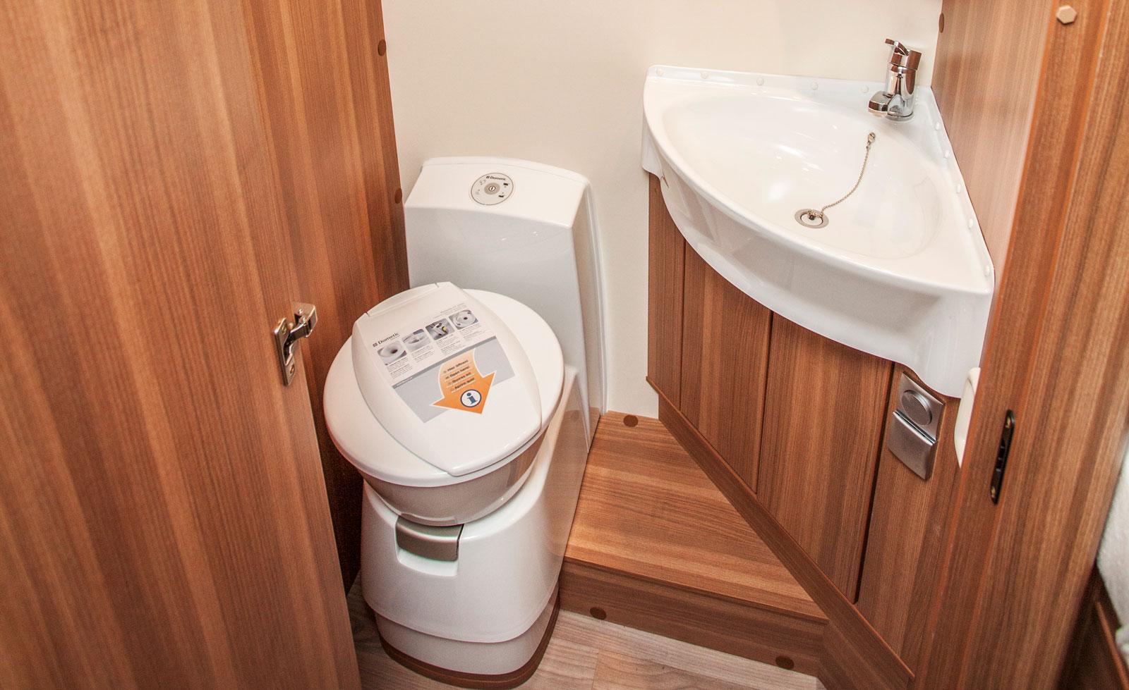 Bad- och duschrum är belägna på varsin sida om mittgången. Hela utrymmet kan skärmas av mot övriga husbilen via dörr och draperi.