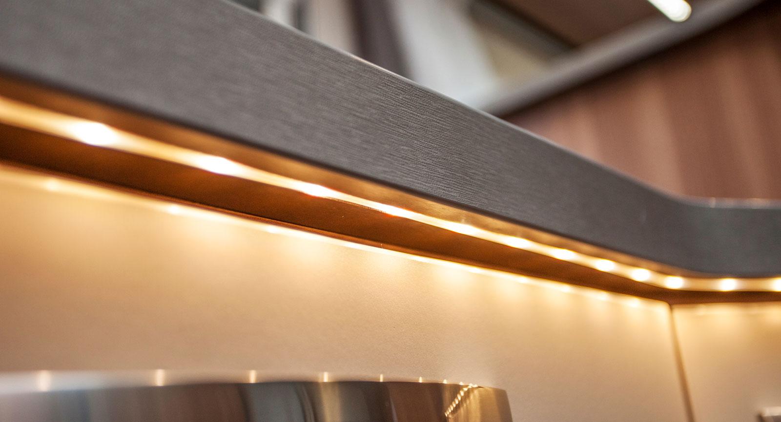 Läcker LED-belysning under köksbänken.