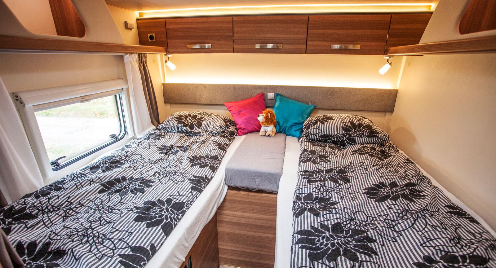Stämningsfull belysning i sovrummet och sköna långbäddar. Konventionella överskåp saknas dock på långsidorna.
