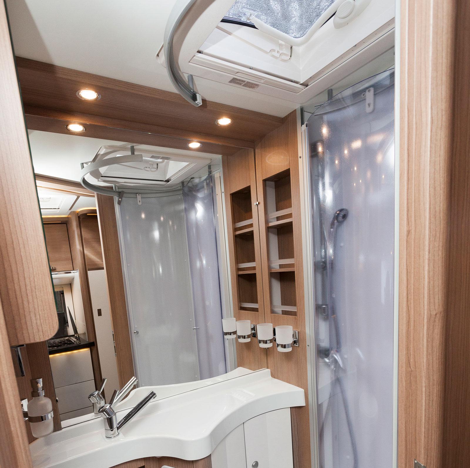 Propert badrum med taklucka precis ovanför duschen.