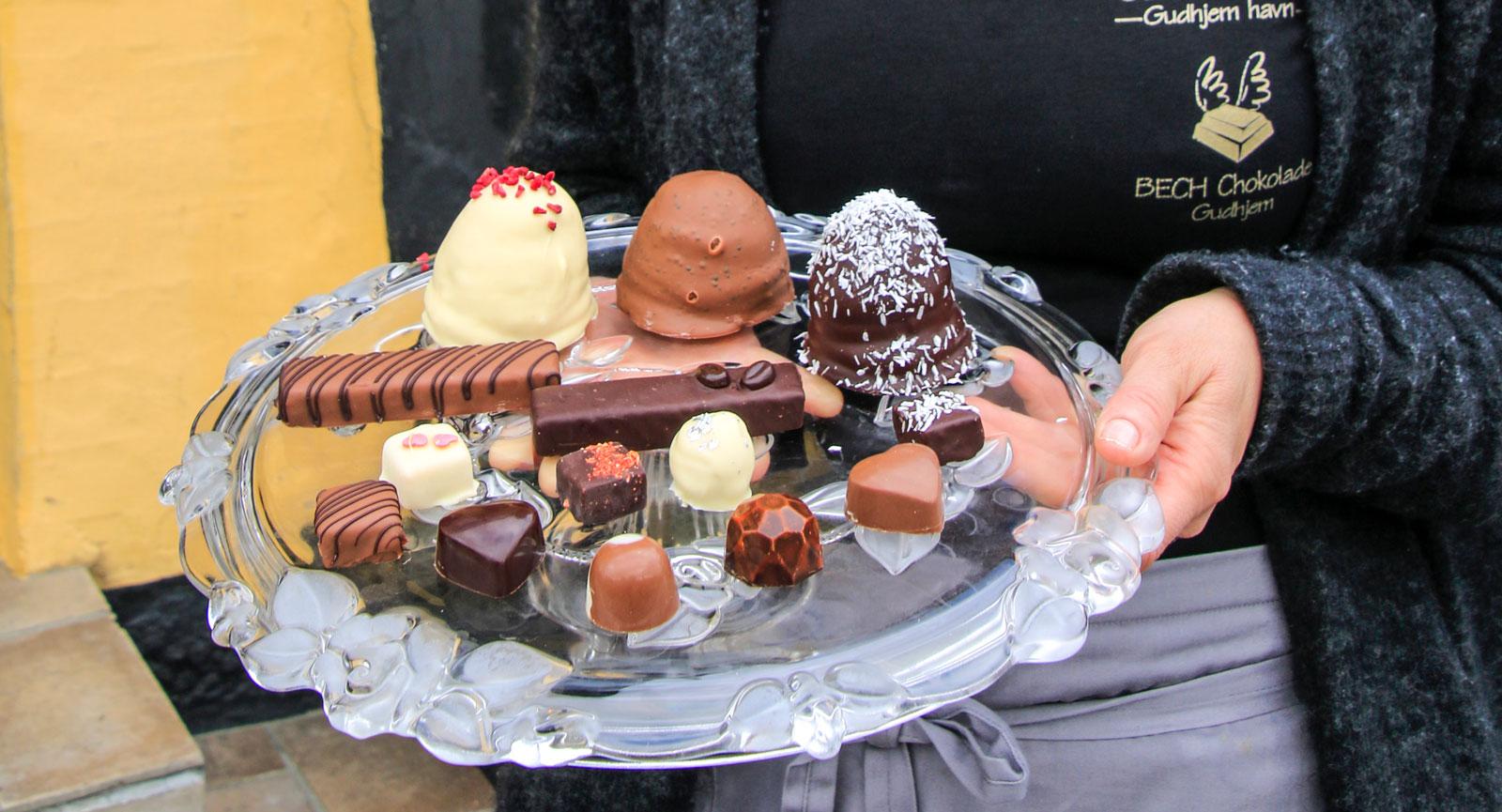 Rine Hansen skapar läcker choklad i Gudhjems hamn.
