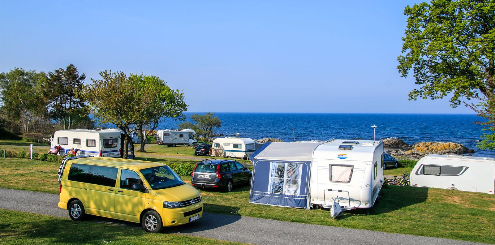 Campingplatserna på ön ligger mestadels strandnära, och med gott om gröna ytor.
