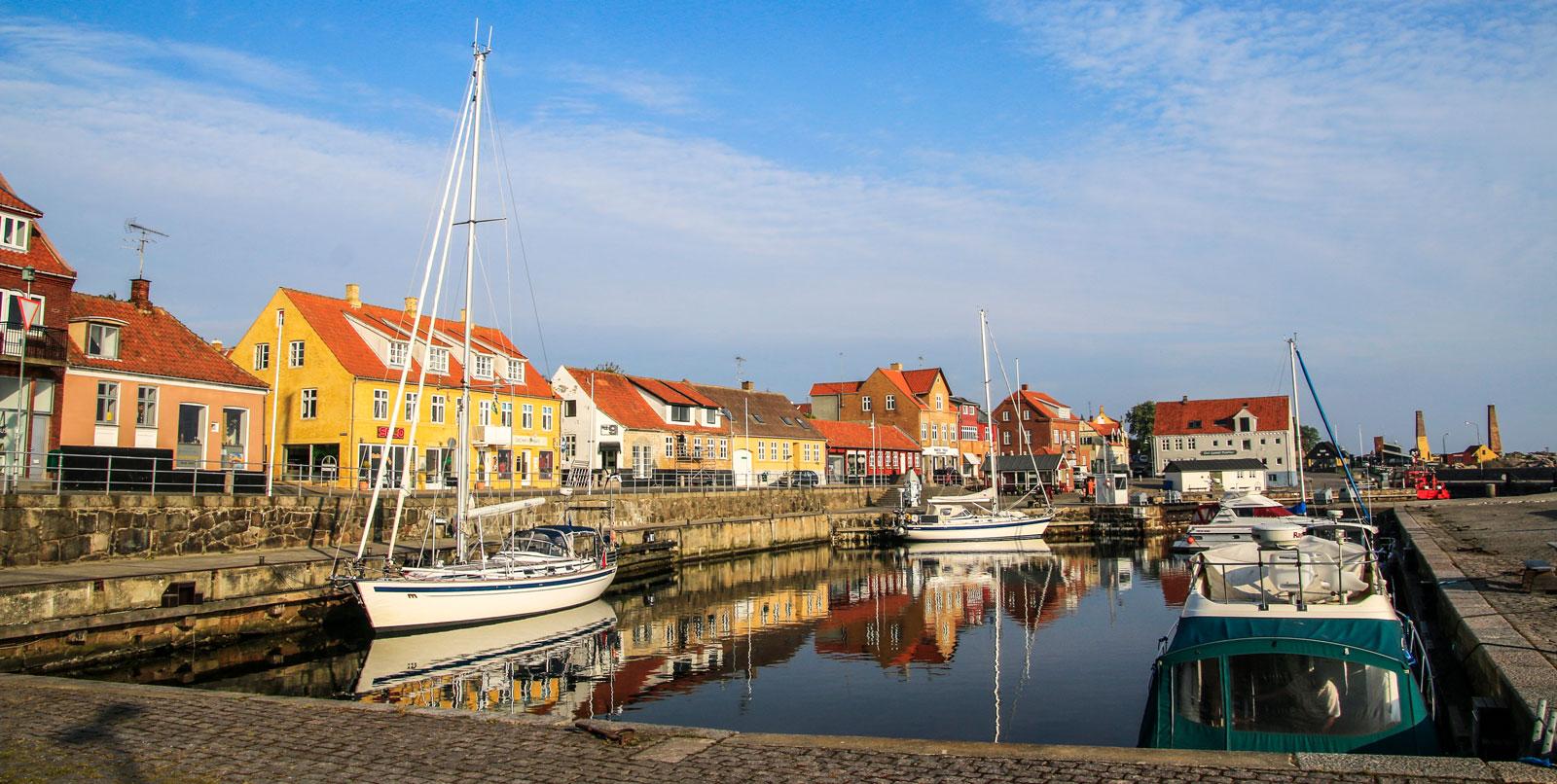 Allinge är ett gammalt fiskeläge som lockar många turister under sommaren. Passa på att strosa längs hamnen under besöket.