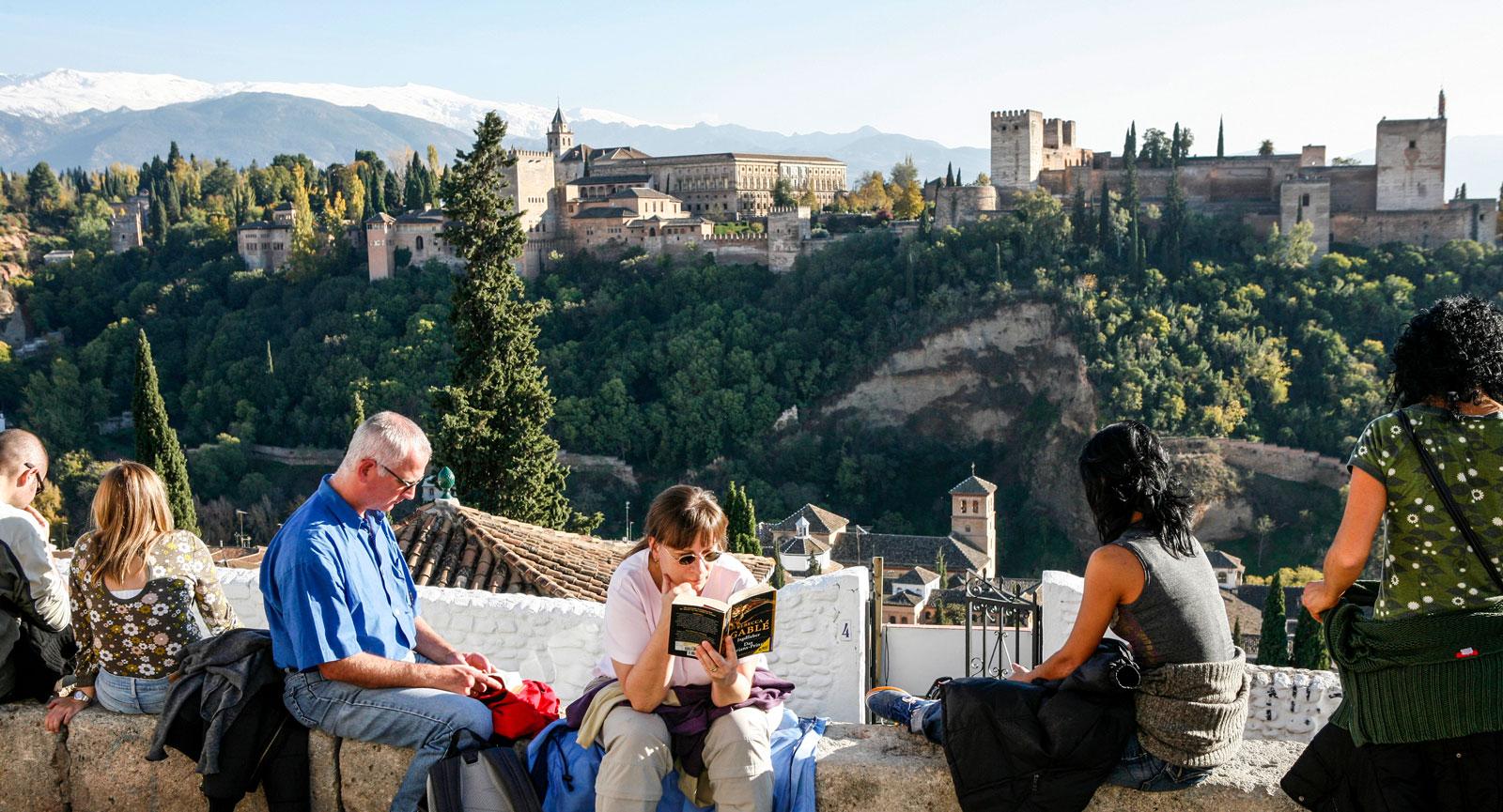 Mirador de San Nicolás med härlig utsikt över Alhambra.