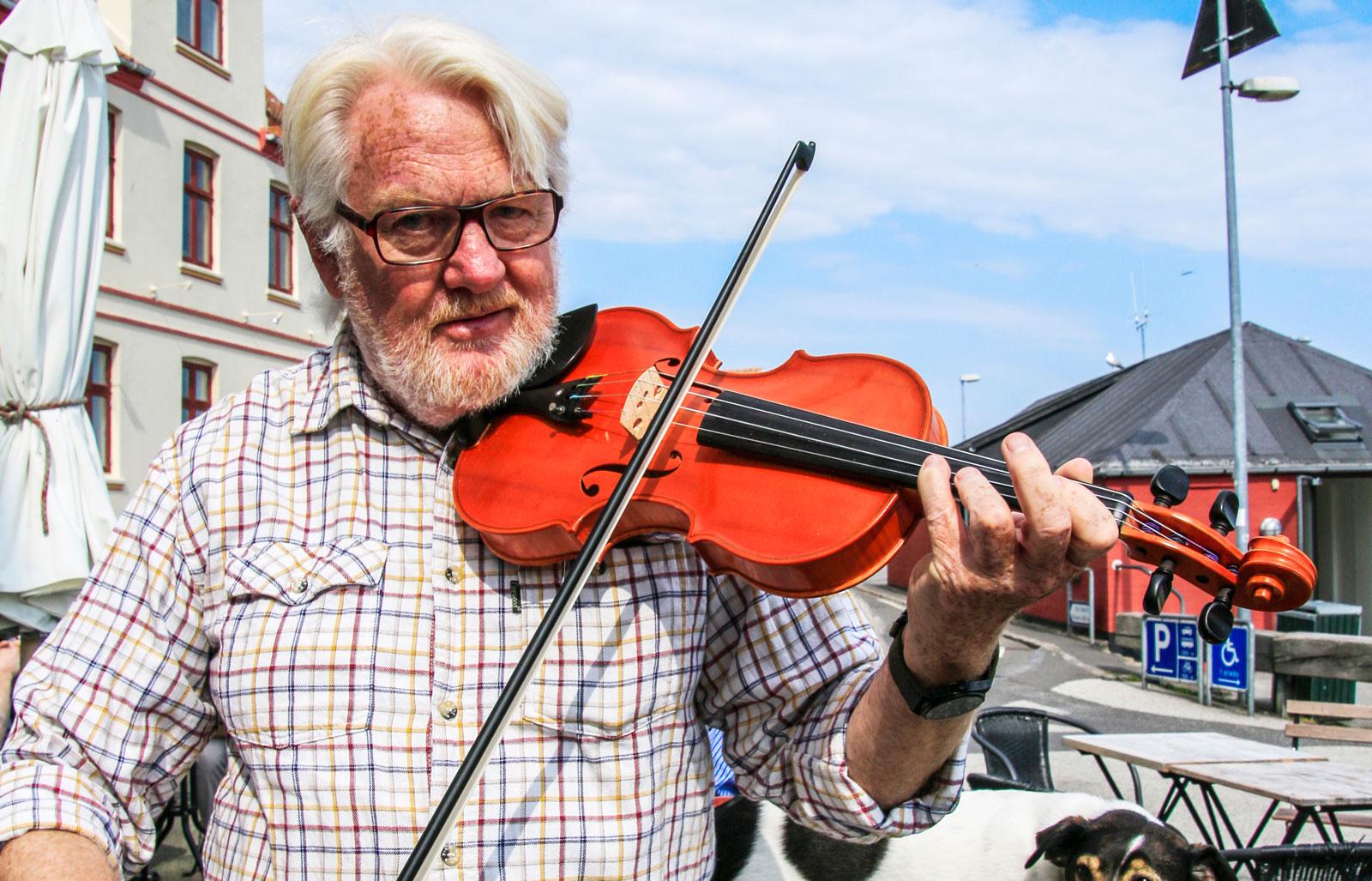 Jens Riis svarar för musiken vid morgonkonserterna i Gudhjem. Och hunden Pjok är alltid med.