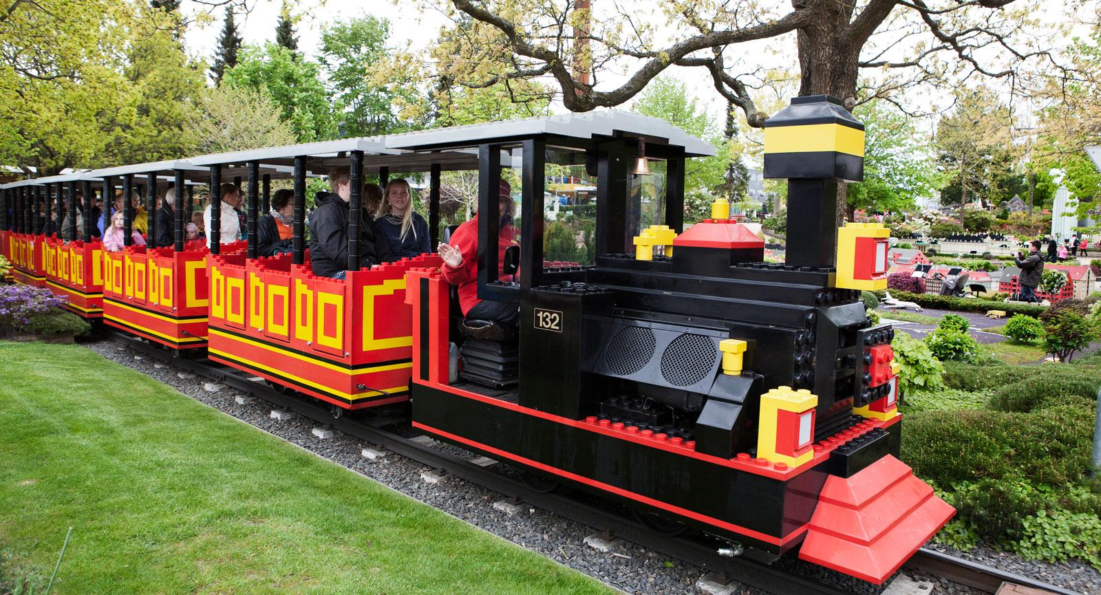 Tåget tuffar på till alla familjers glädje och många känner nog igen designen även om den är jättestor.Inte bara lego.