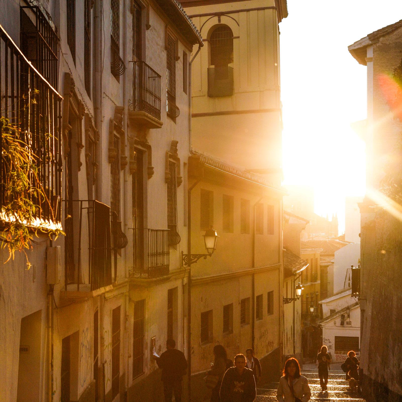 Solnedgång över de gamla delarna av Granada.