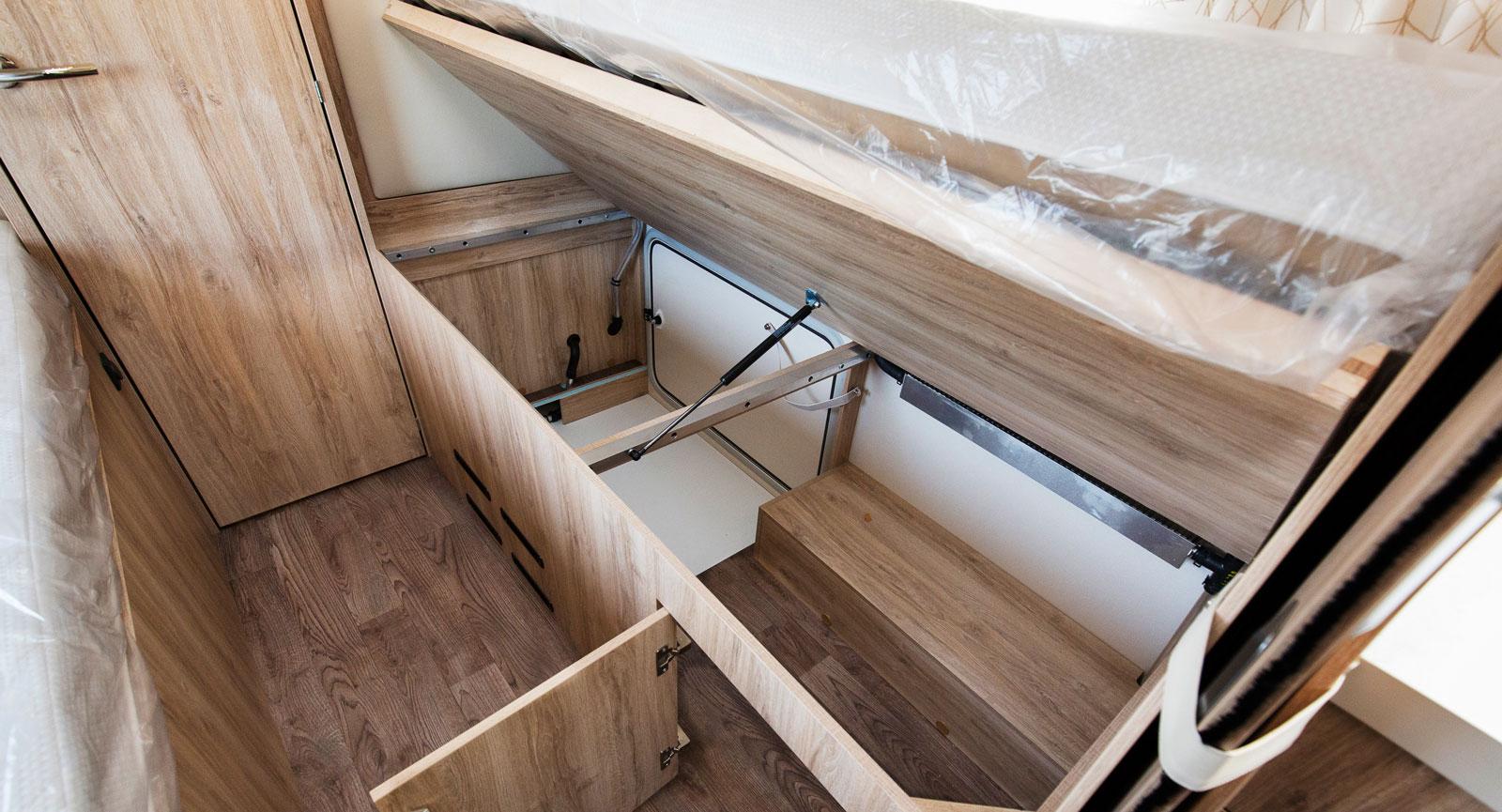 Under sängarna kan last placeras  och luckor finns både utvändigt och invändigt, praktiskt!
