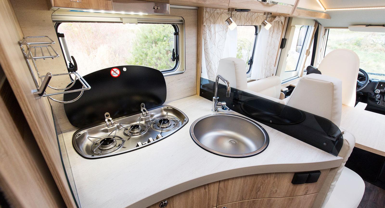 Köket känns ergonomiskt utformat med sköna kurvor. Tre lågor  på rad vid fönstret med fläkt ovanför ökar chanserna att få bort os.