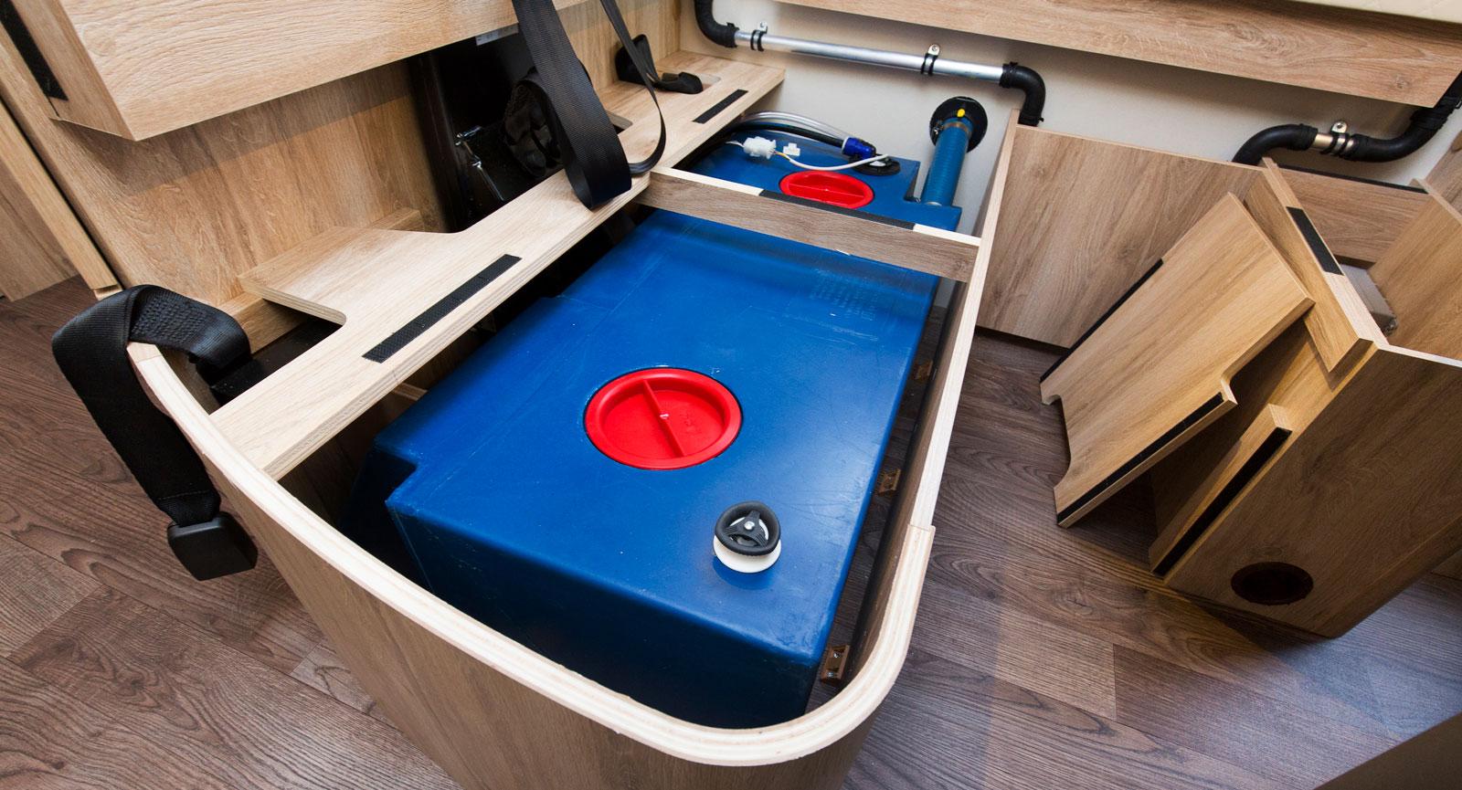 Färskvatten lagras i denna tank under soffan. En vanlig placering i husbilar som gör att vattnet ej fryser om bilen är varm.