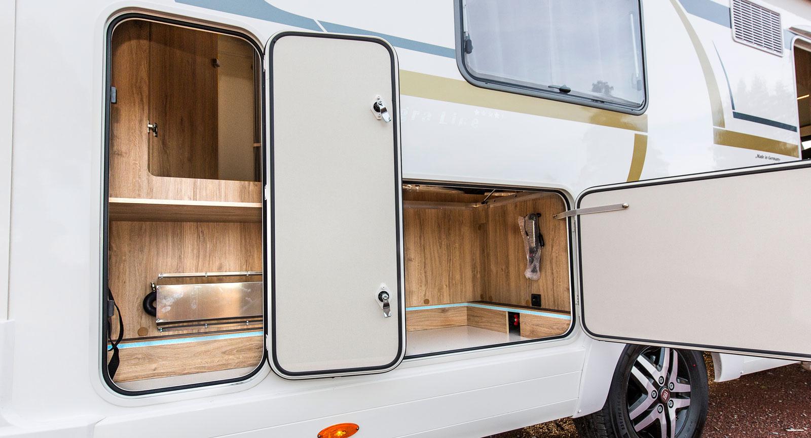 Dubbla dörrar till lastutrymmet under sängen är bra. Det går även att nå hyllan till till vänster i bild inifrån badrummet.