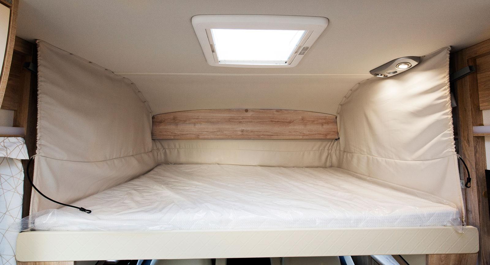 Den främre sängen är ett tevligt krypin. Läslamporna riskerar dock att blända i vissa lägen.