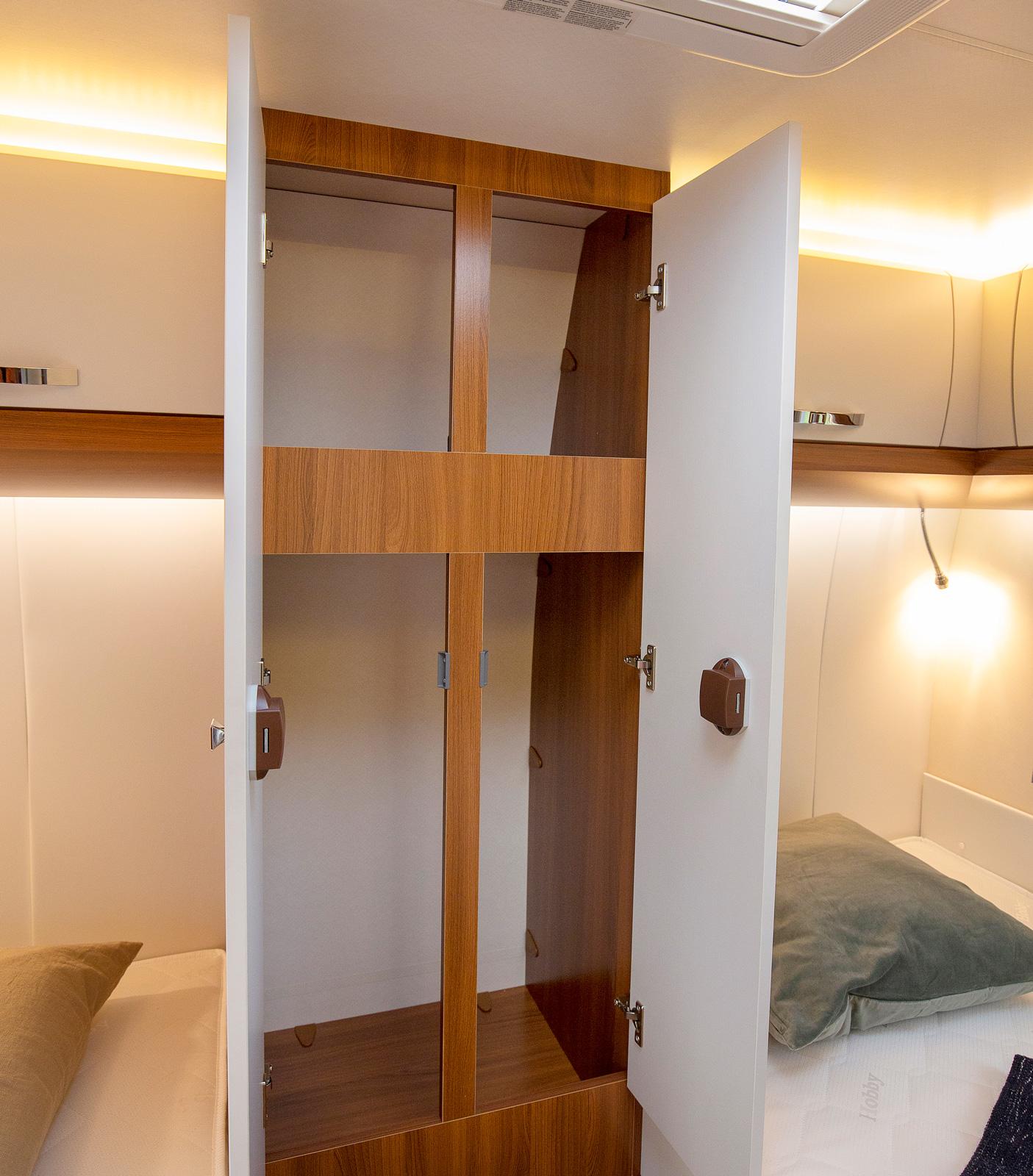 """Mellan sängarna bak finns den """"Edition-unika"""" garderoben."""