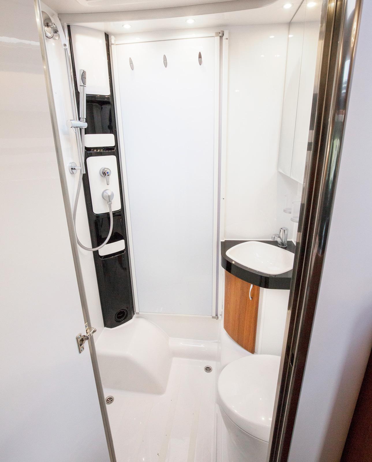 Badrummet är inte jättestort men välplanerat. Om duschen ska användas kan en jalusivägg dras för och skydda handfat och toa.