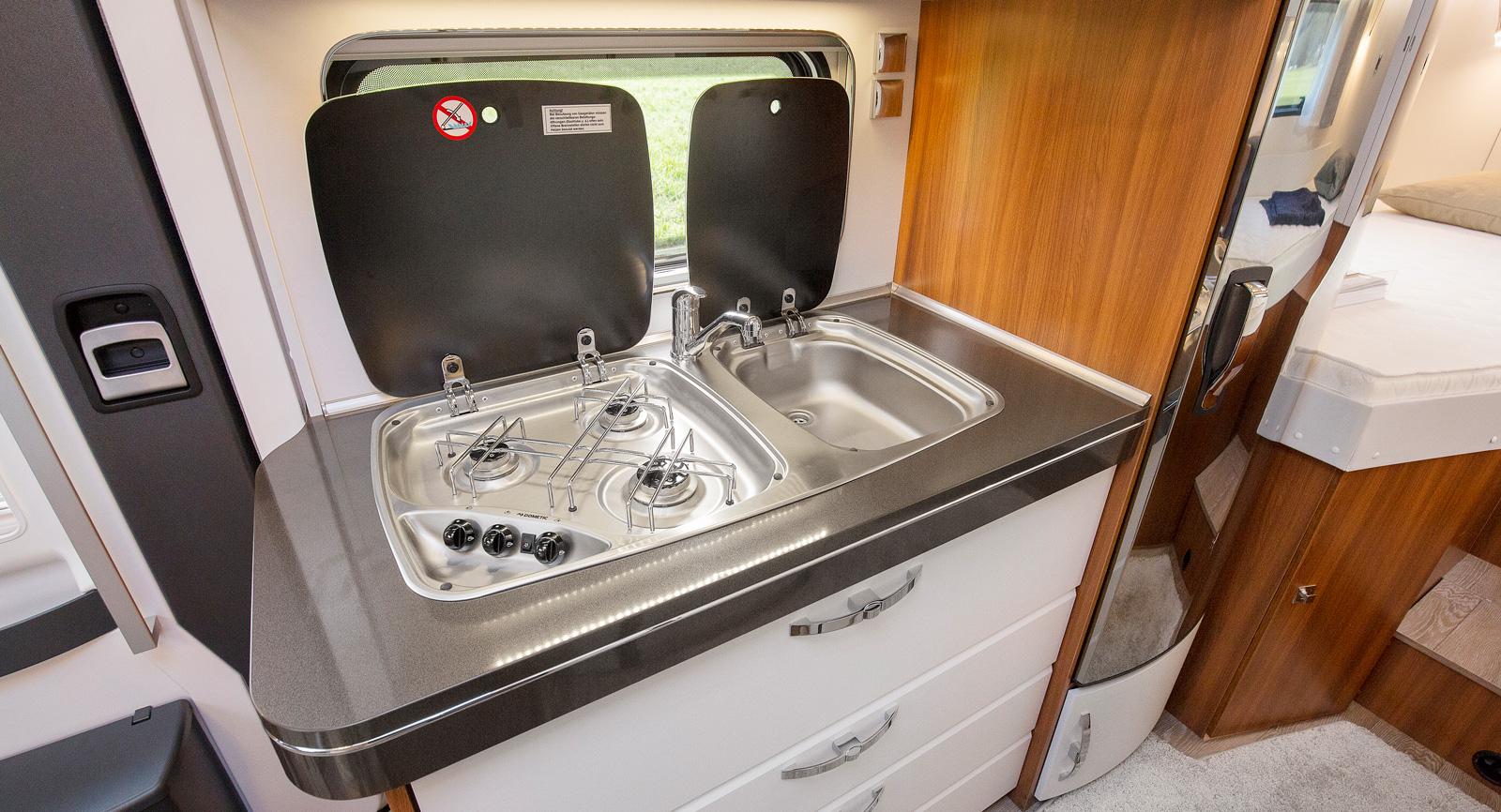 Spis och diskho i en gemensam modul som tar upp större delen av bänkytan, under finns fyra stora lådor.