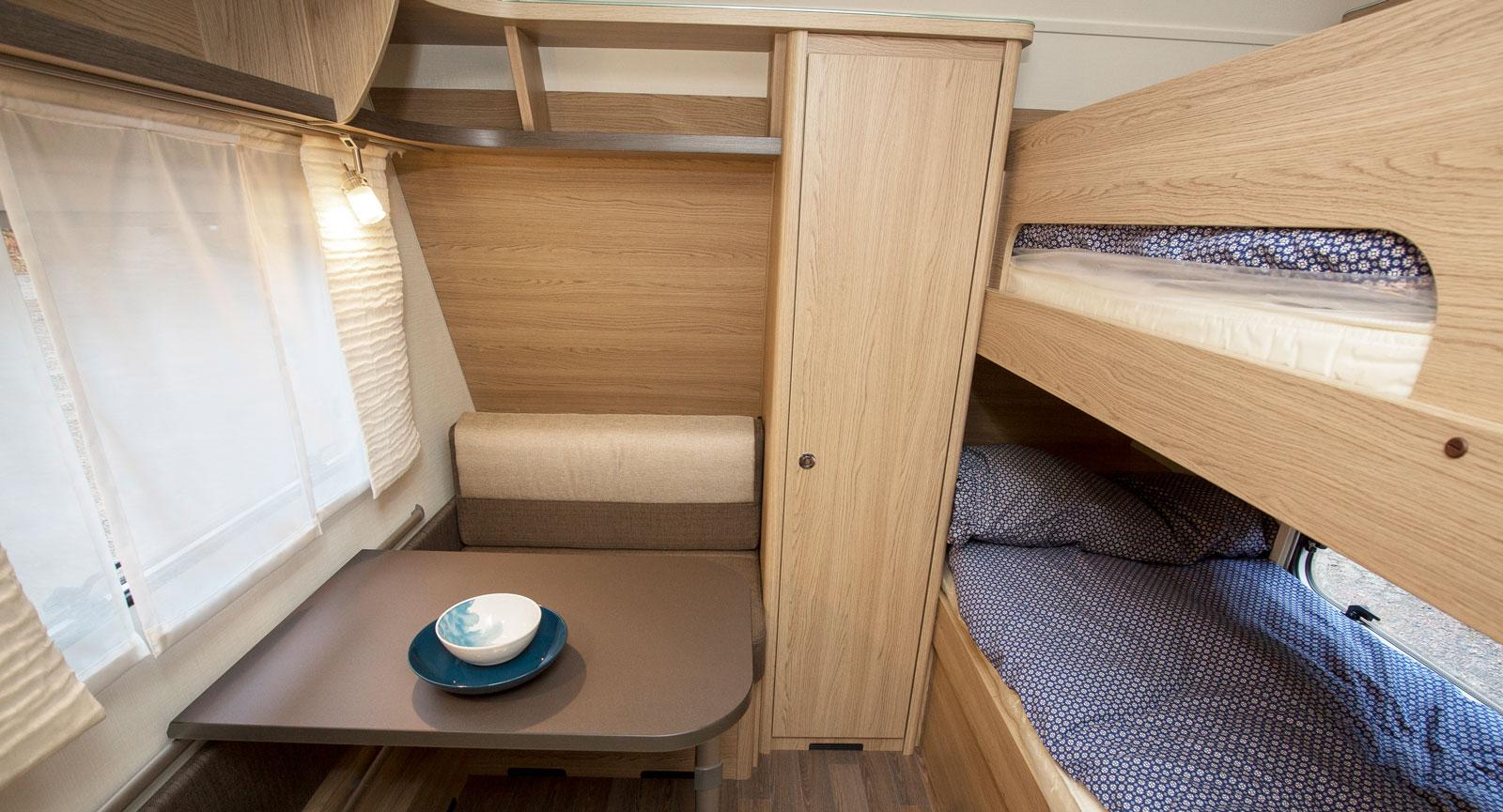 Längst fram en minidinett och två sängar samt garderob.