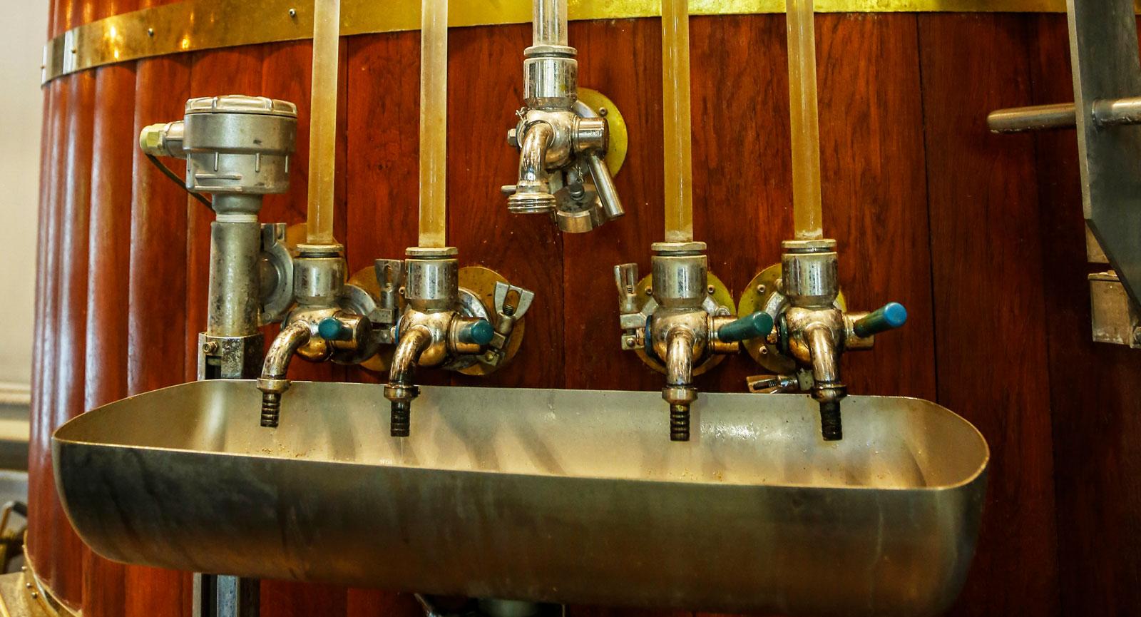 Sommartid hålls regelbundna guidade turer i bryggeriet.