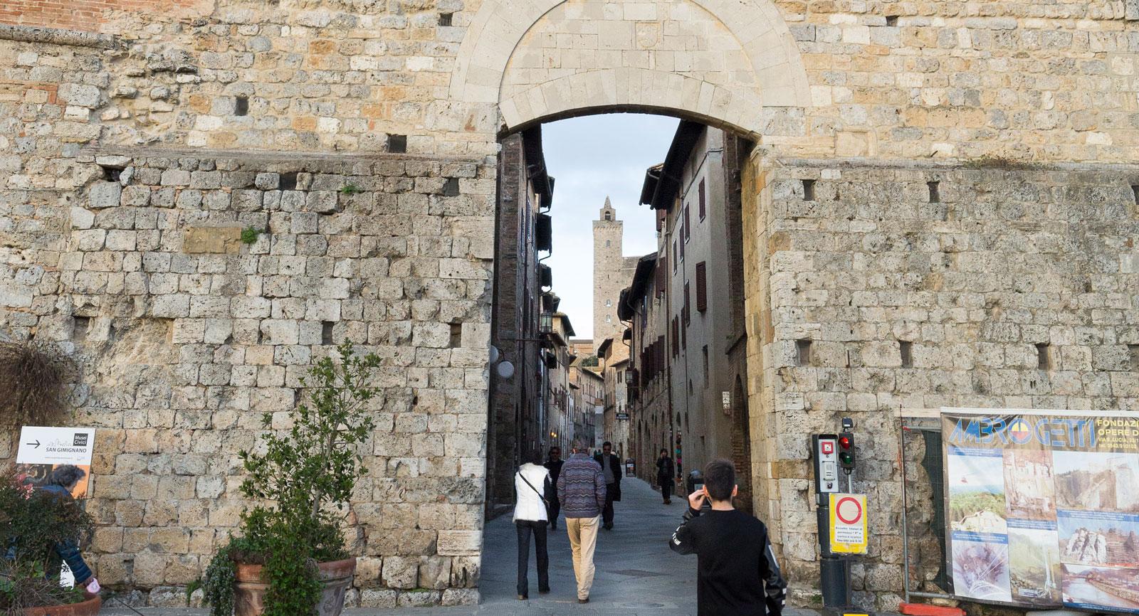 En av stadsportarna som leder in till världsarvet i Toscana.