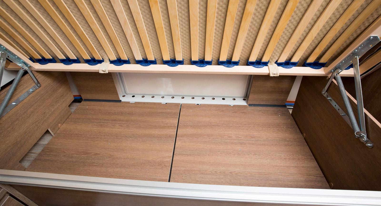 Under sängen finns det gott om plats och lucka i sidoväggen.