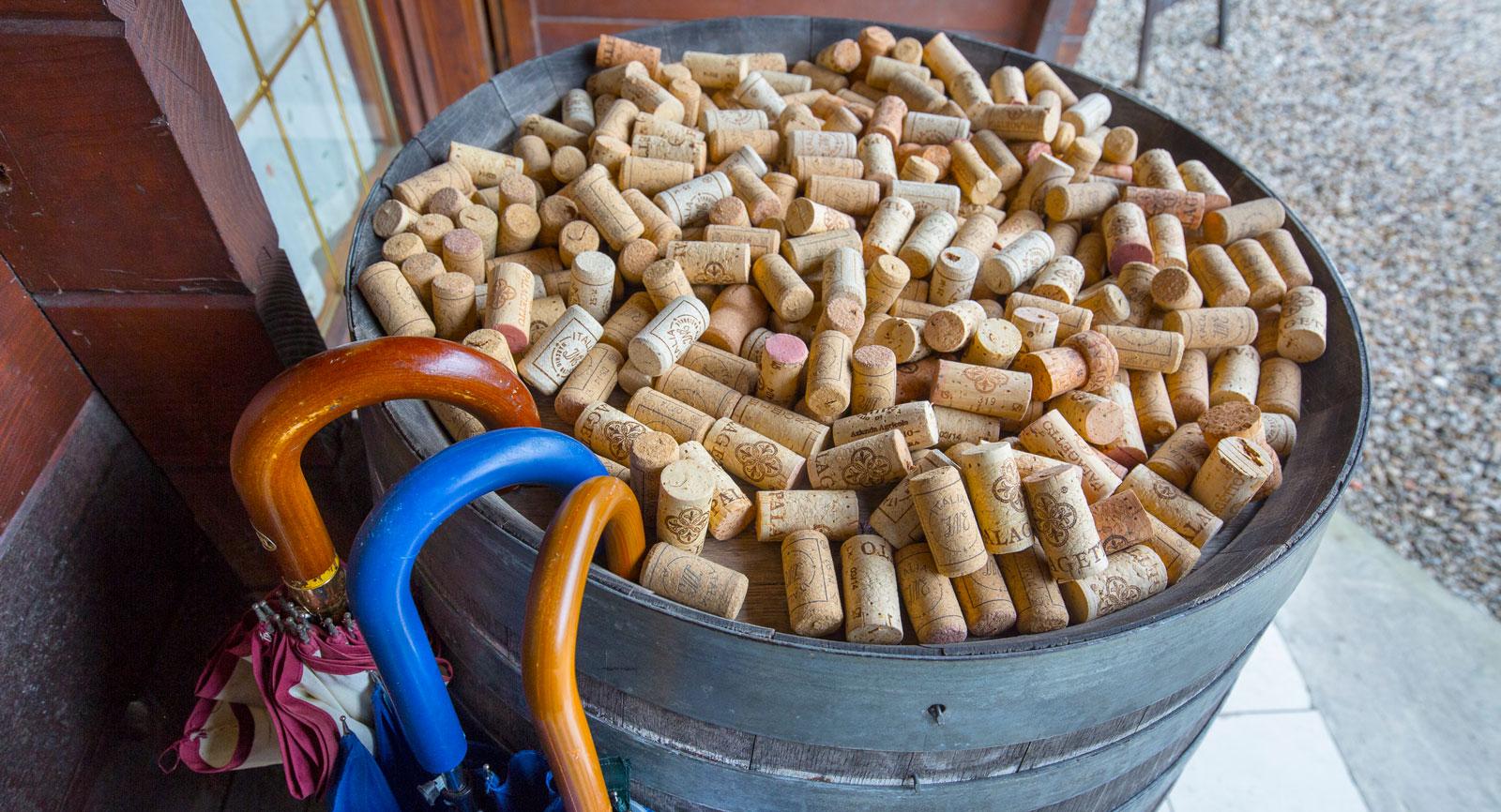 På restaurangen vid ställplatsen kan lokala viner beställas i större eller mindre partier till rimliga priser. Glöm inte paraplyet!