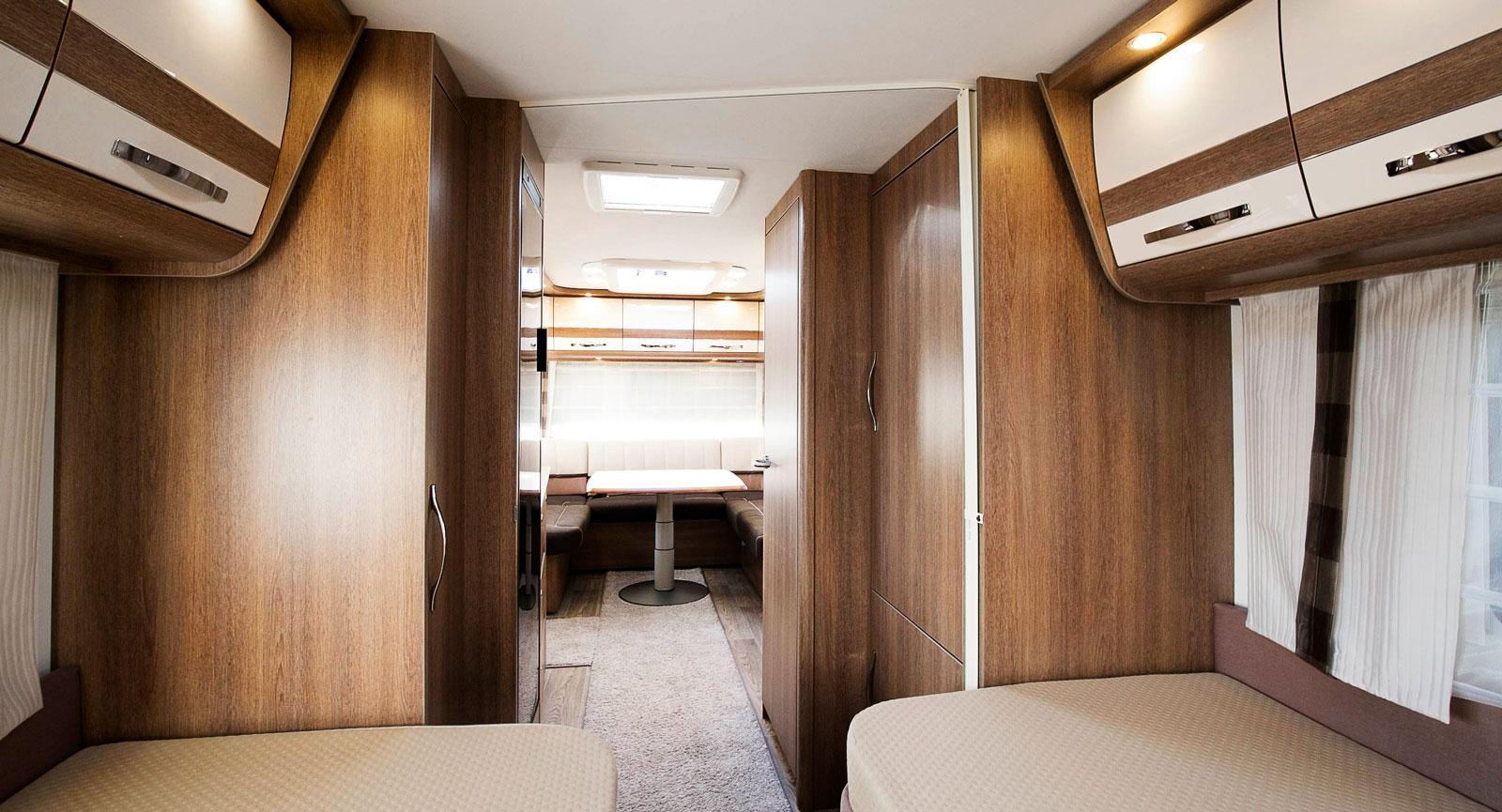 Mitten av vagnen har en bred midja. Det går att dra för en jalusi som då avskärmar sovrummet.