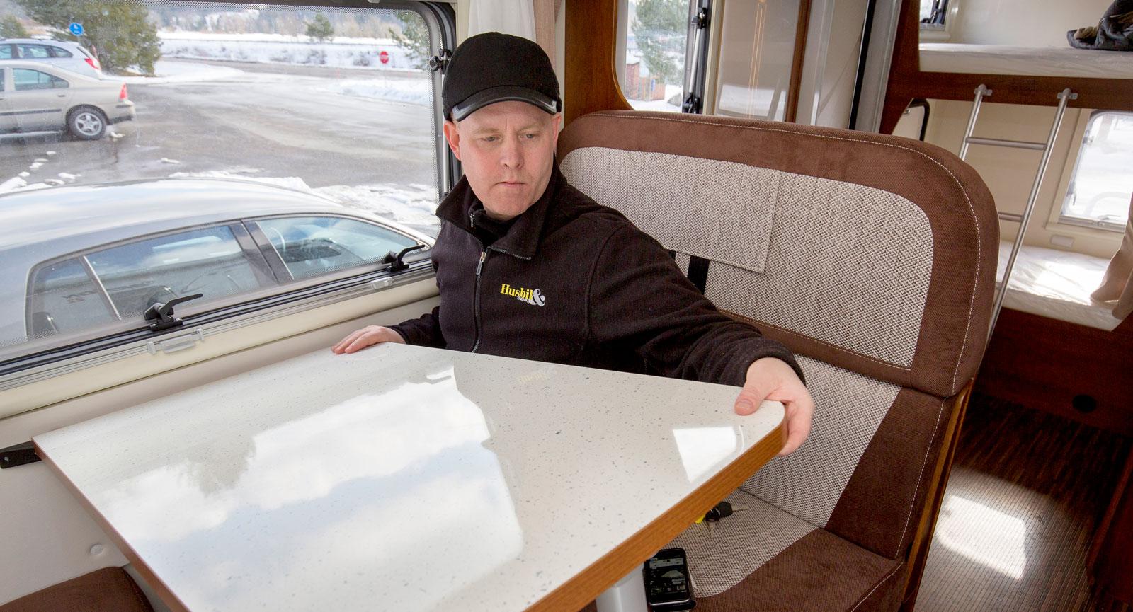 Vägghängda bord som på ett enkelt sätt kan tas bort vid färd eller sänkas ned när det blir dags för bäddning.
