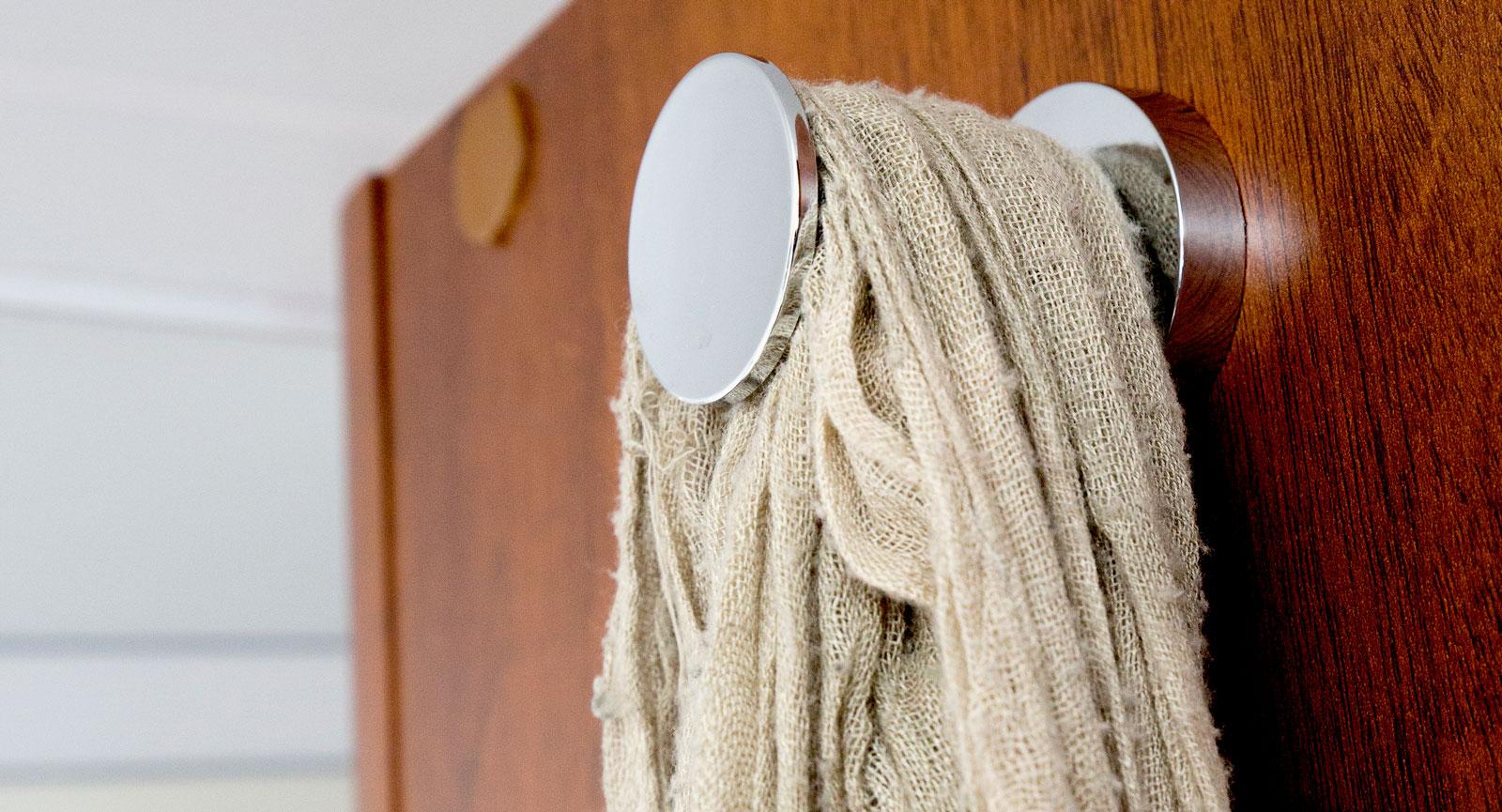 Klädkrokar på väggen vid entrén är välkommet.